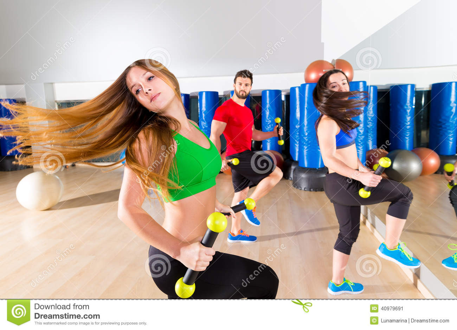 Группа людей танца Zumba cardio на спортзале фитнеса
