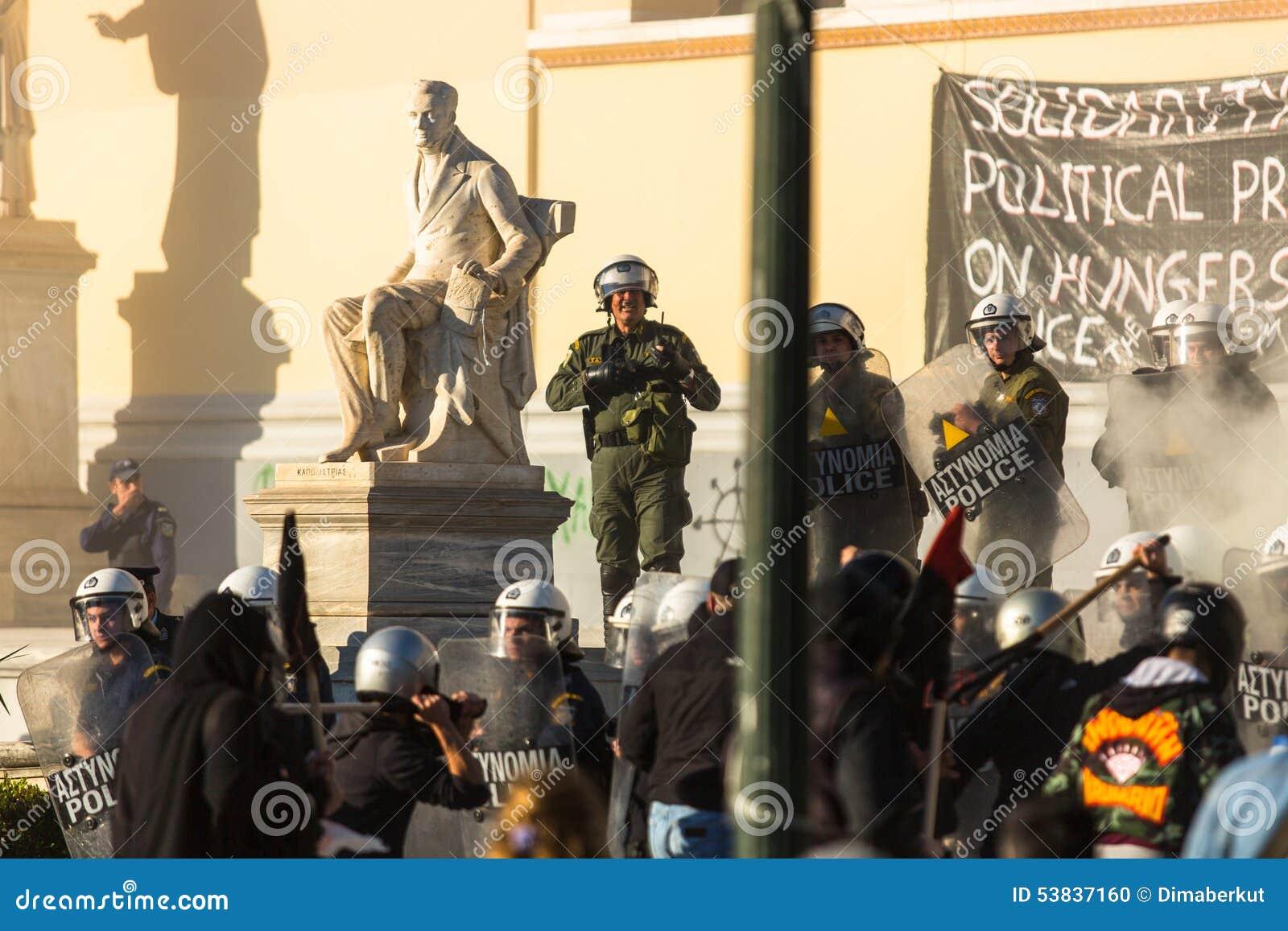 Группы члена левой партии и анархиста ища упразднение новых максимальных тюрем безопасностью, столкнутое с полицией по охране общ