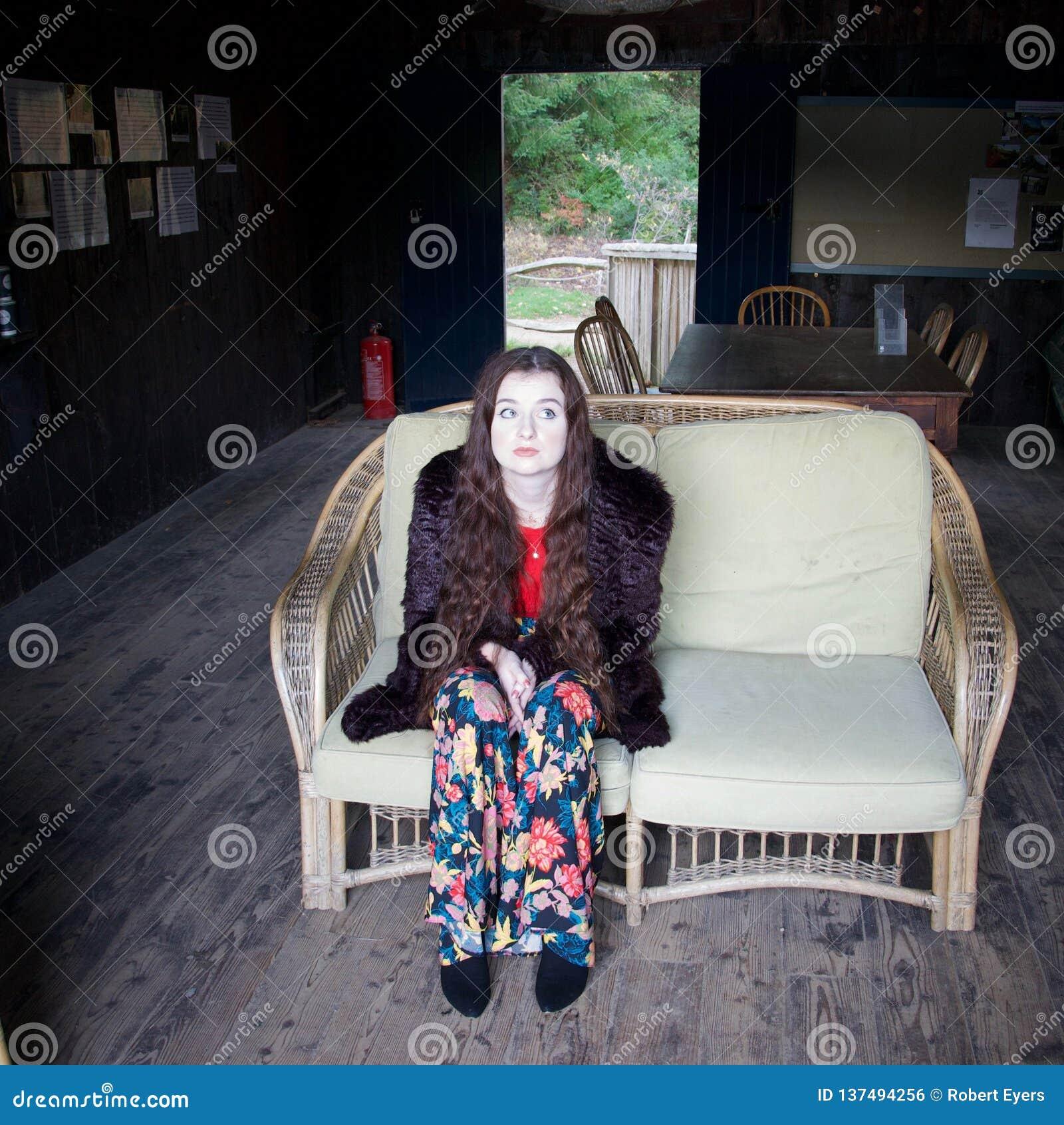 Грустная бело-лицая дама в плетеном стуле