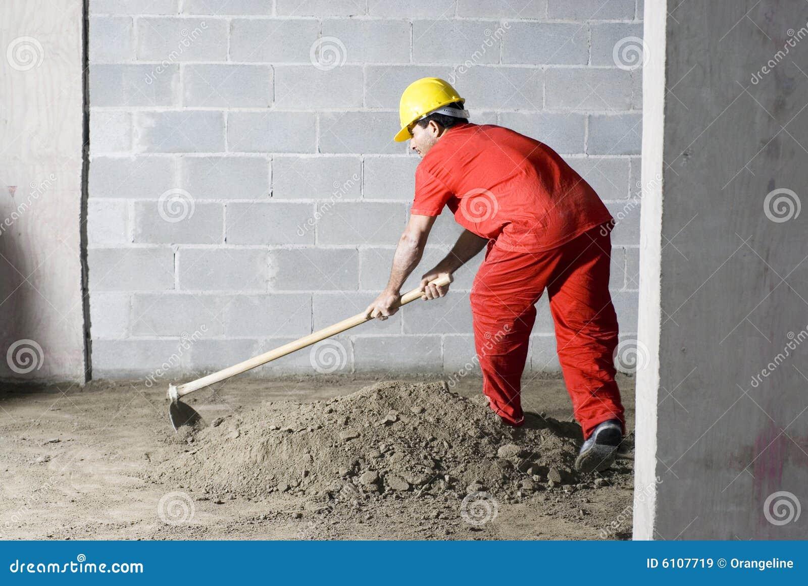 грязь смешивает работника