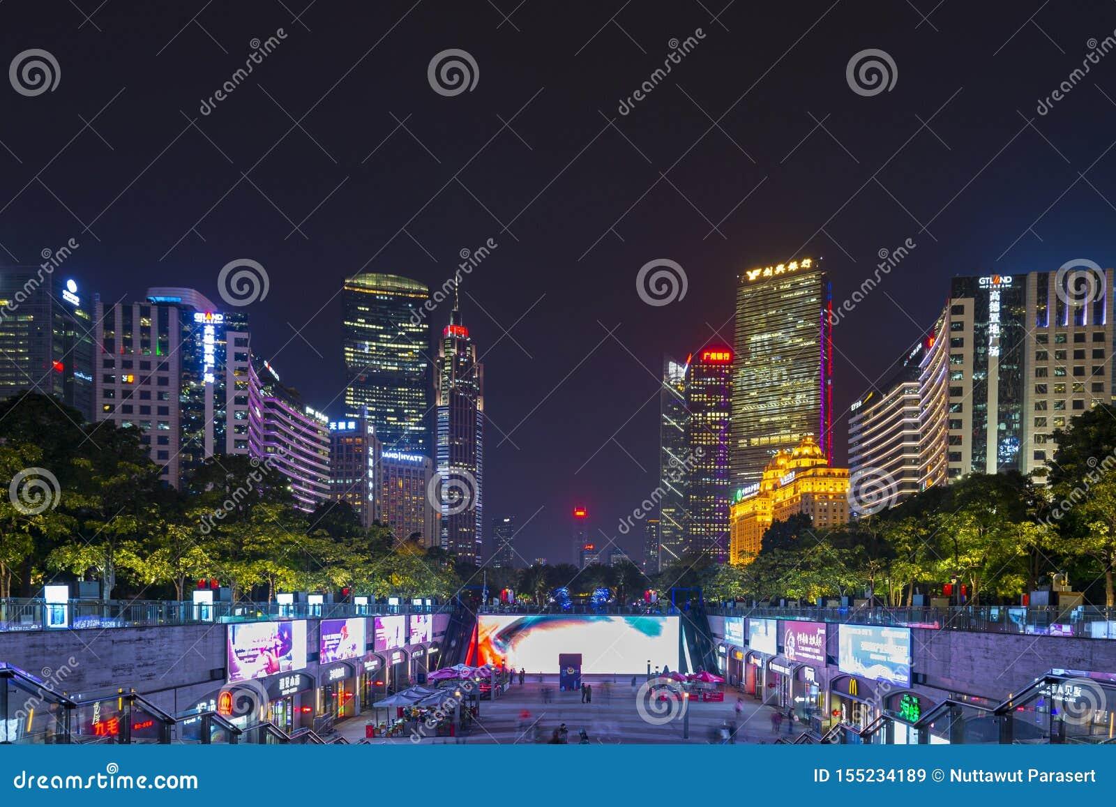 ГУАНЧЖОУ, КИТАЙ - декабрь 29, 2018: взгляд ночи городского пейзажа Гуанчжоу с небоскребами и современными зданиями в деле Zhujian