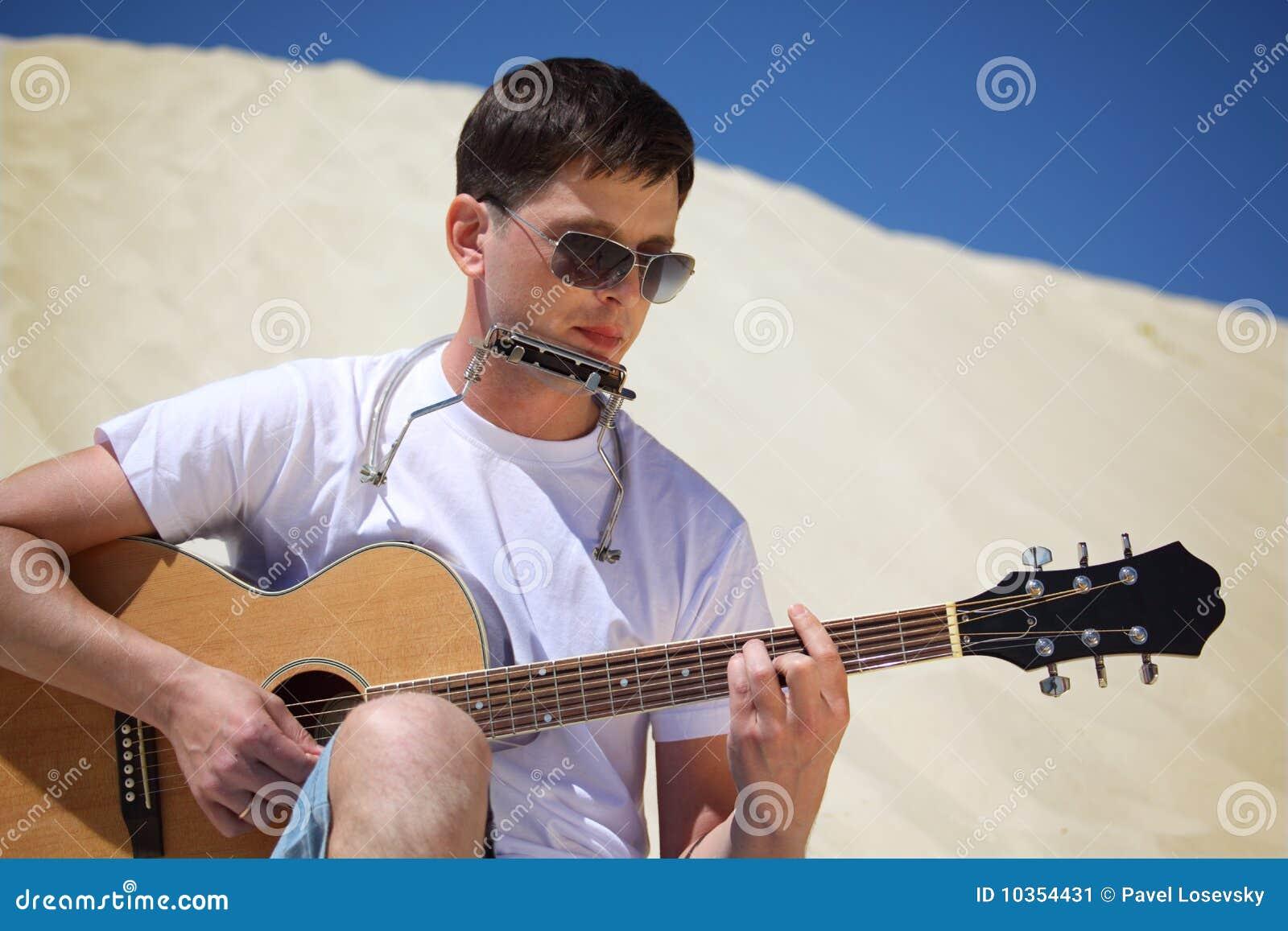 губа ванты гитары аккордеони играет усаживание san