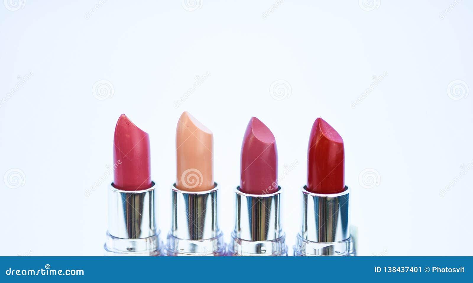 Губные помады на белой предпосылке Высококачественная губная помада Ежедневно составляйте Художничество косметик Губная помада дл