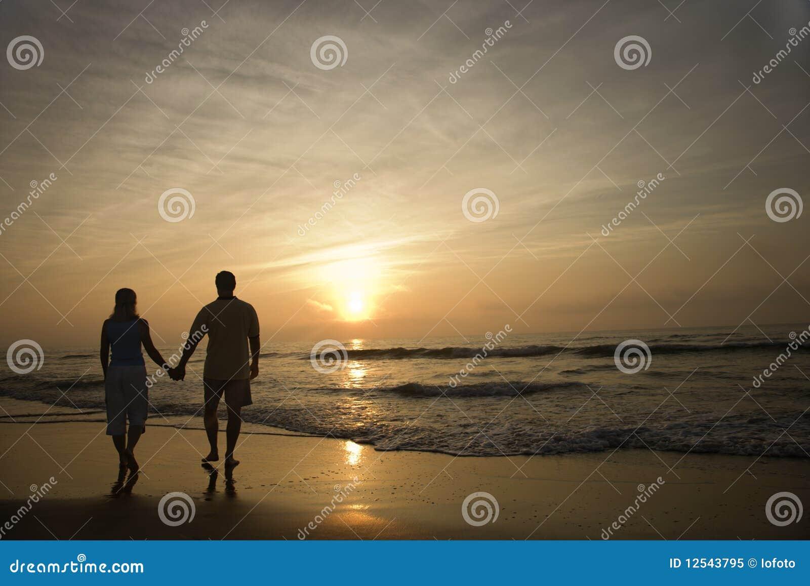 гулять захода солнца пар пляжа