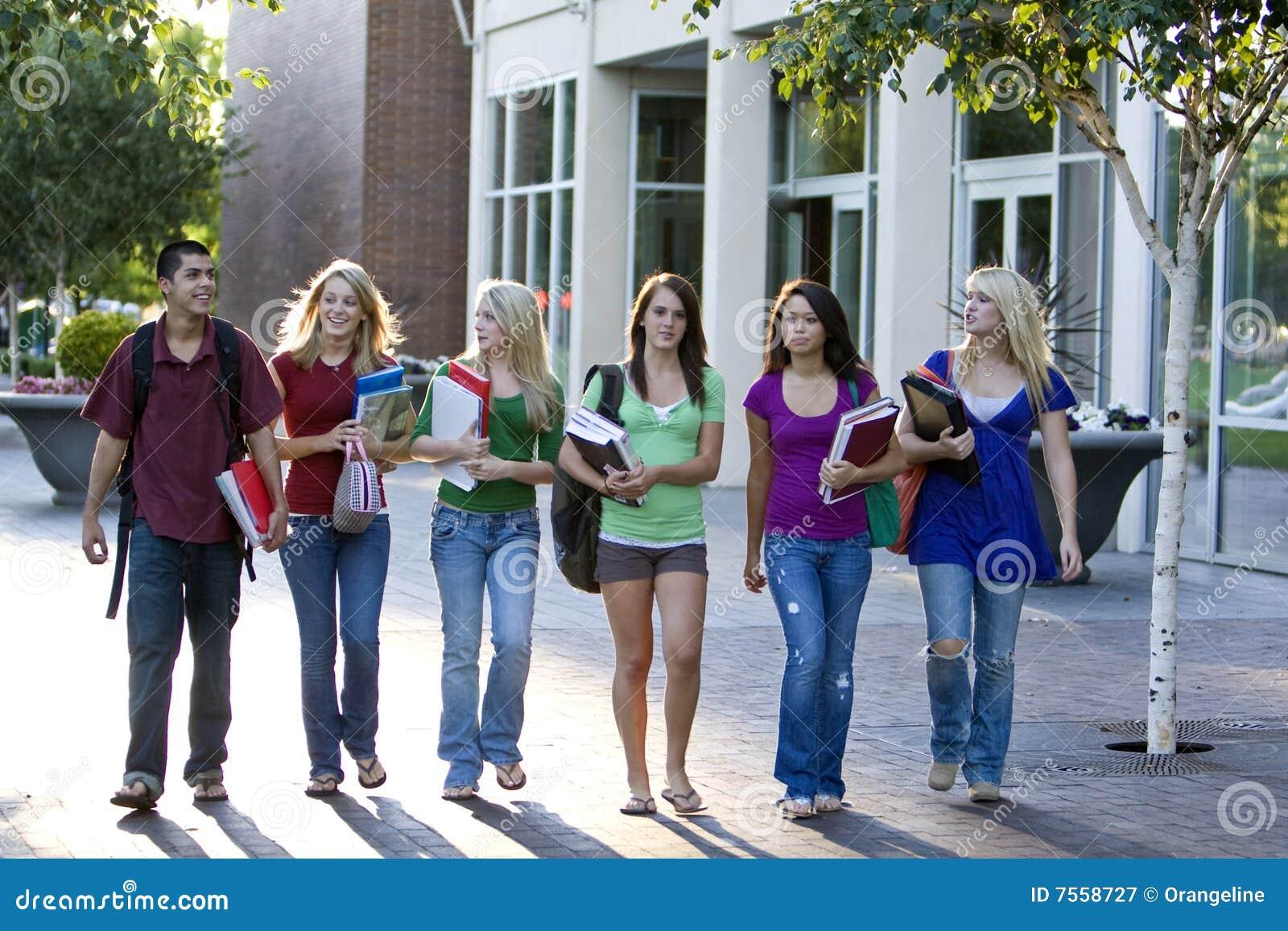 Пять девушек и один мальчик