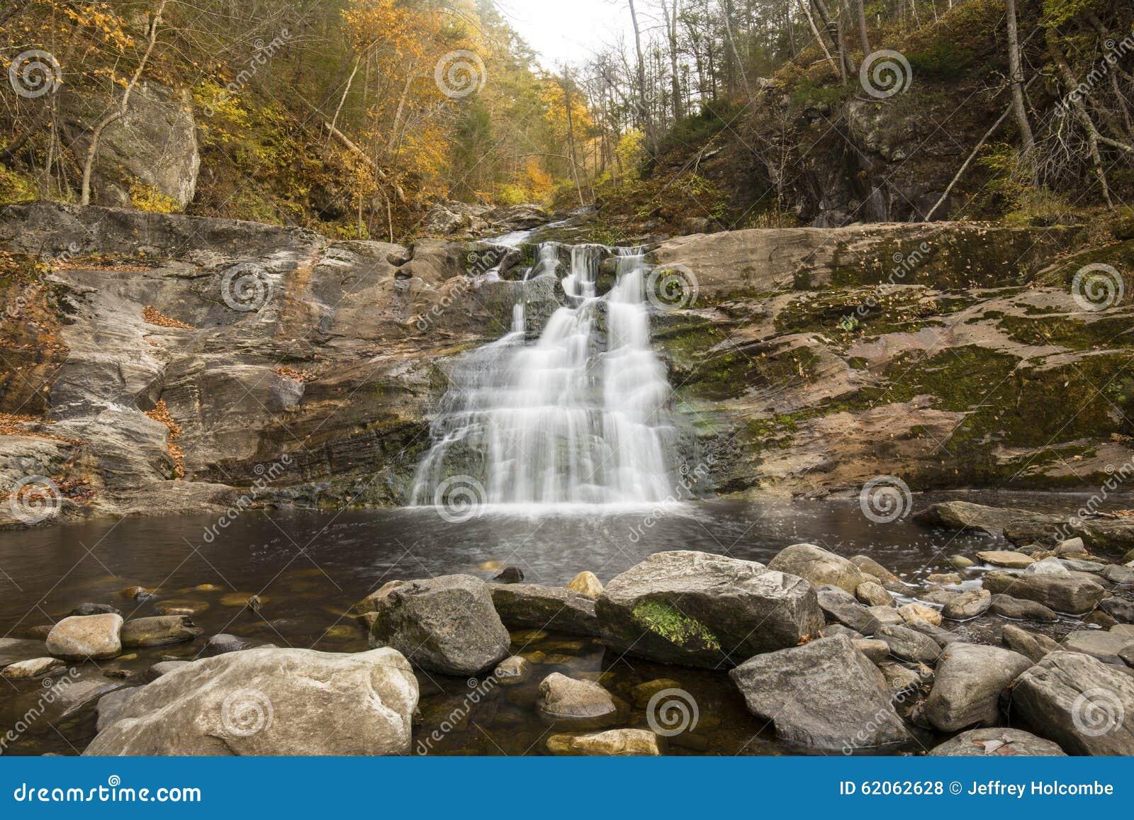 Главный водопад на Кенте падает парк штата в западном Коннектикуте