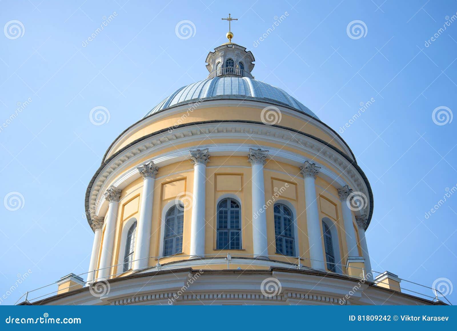 Главный купол собора троицы конца Александра Nevsky Lavra вверх, на фоне голубого неба Взгляд собора Андрюа апостола