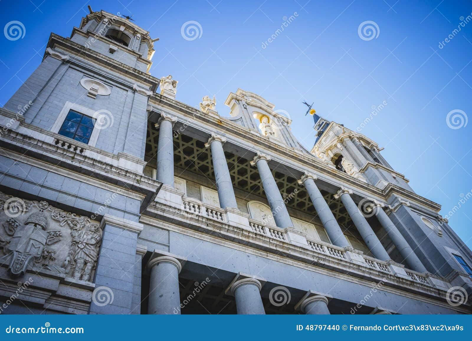 Главный фасад, собор Almudena, расположенный в зоне Habs