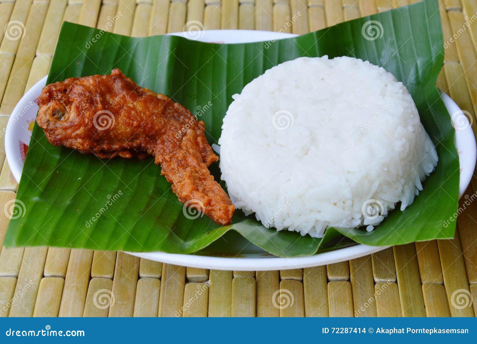 Download Глубокое крыло жареной курицы и простый рис на банане листают Стоковое Фото - изображение насчитывающей мясо, листья: 72287414