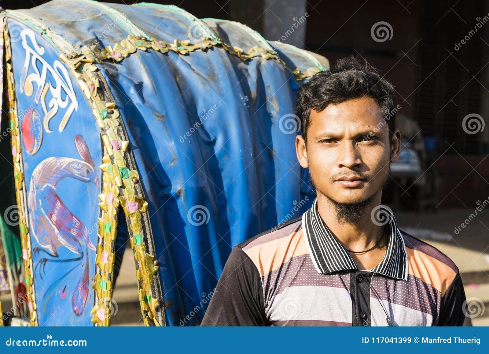 Дакка, Бангладеш, 24-ое февраля 2017: Портрет усмехаясь водителя Trishaw