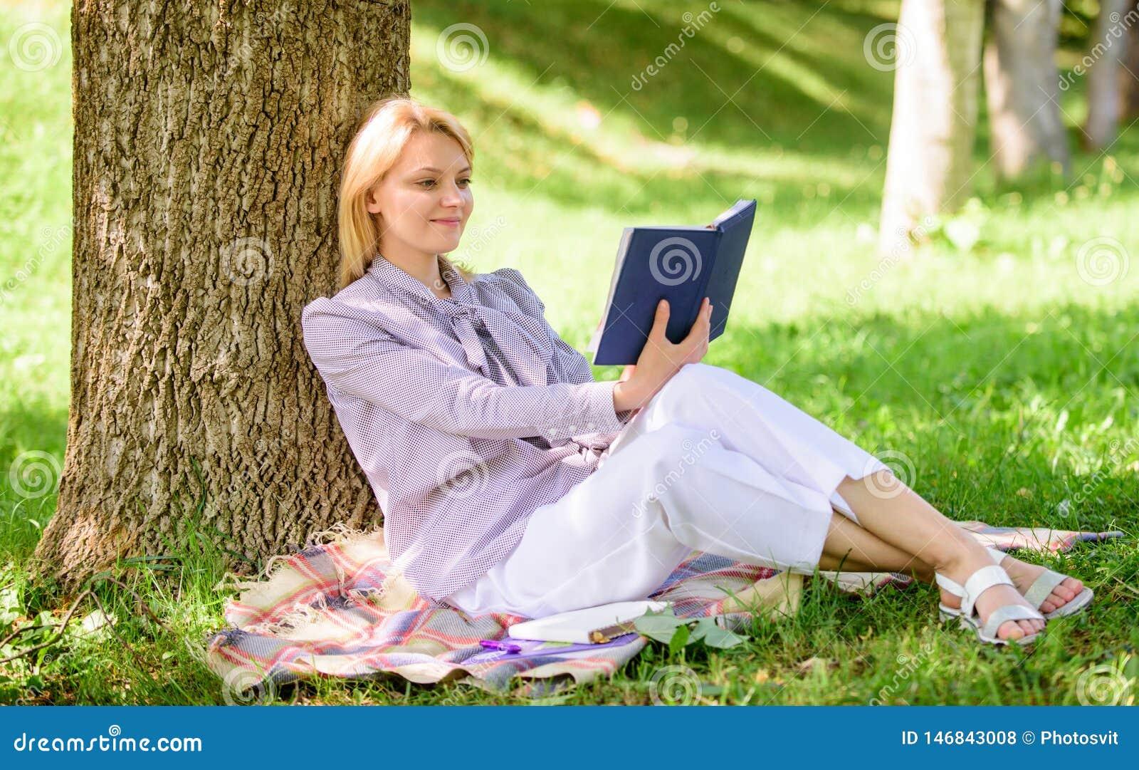Дама дела находит минута для чтения книги улучшить ее знание Женское улучшение собственной личности Девушка полагается на промежу