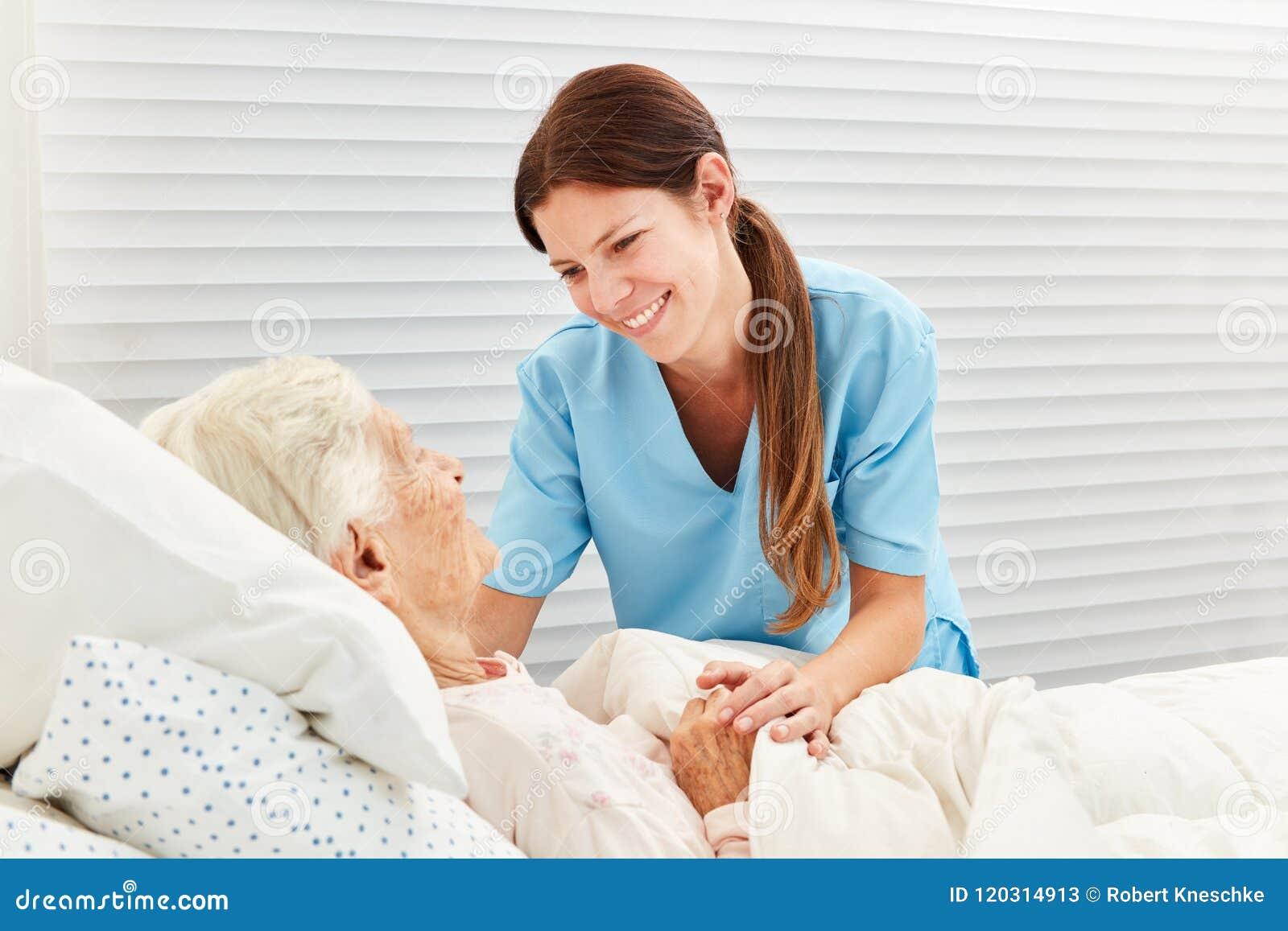 Дама ухода смотрит после больной пожилой женщины