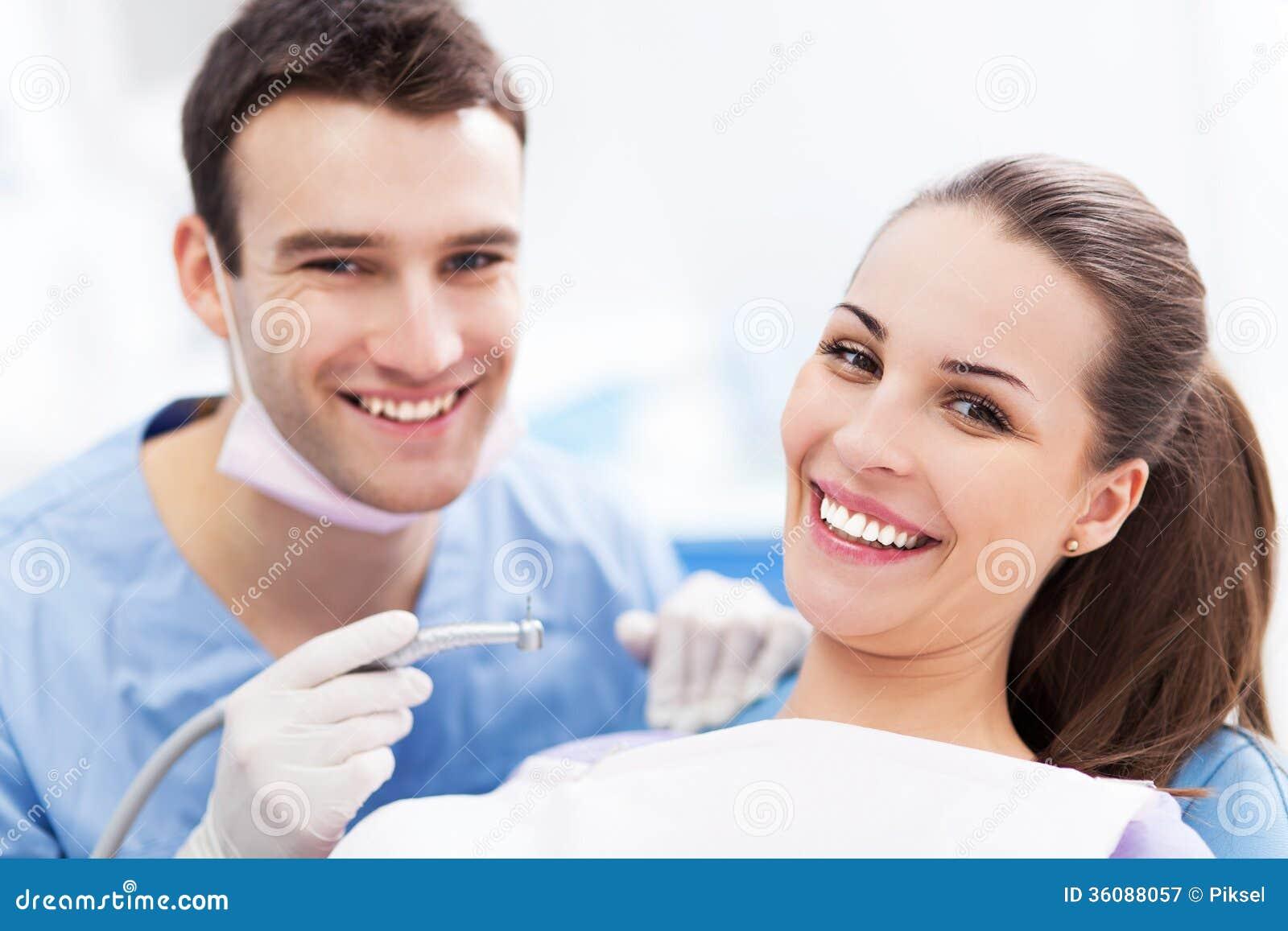 Дантист и пациент в офисе дантиста