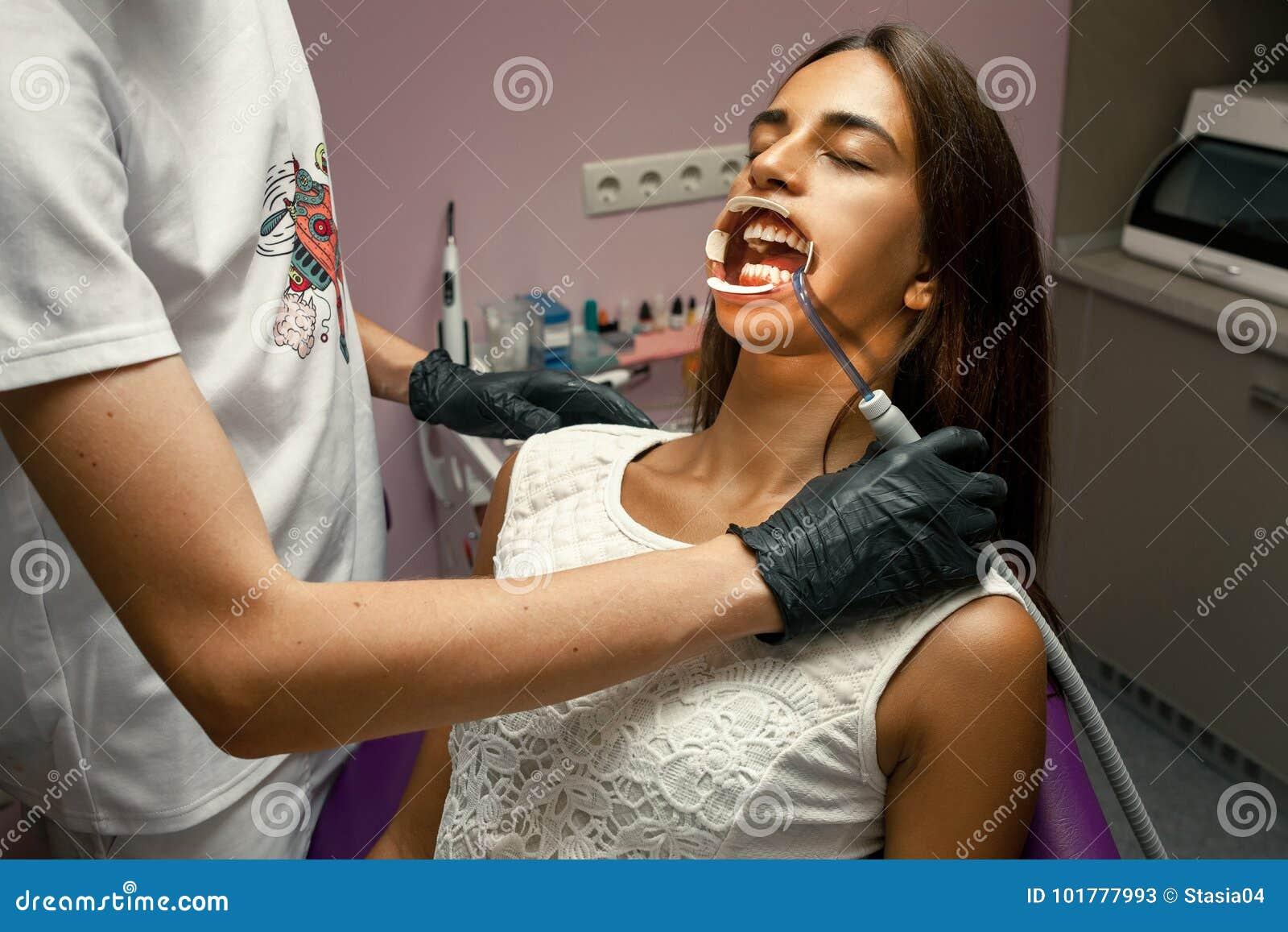Красивую девушка обслуживает мужчин ртом отодрал поезде