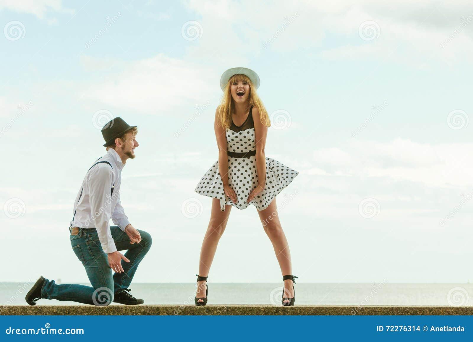 Download Датировка стиля любящих пар ретро на морском побережье Стоковое Фото - изображение насчитывающей влюбленность, приятельство: 72276314