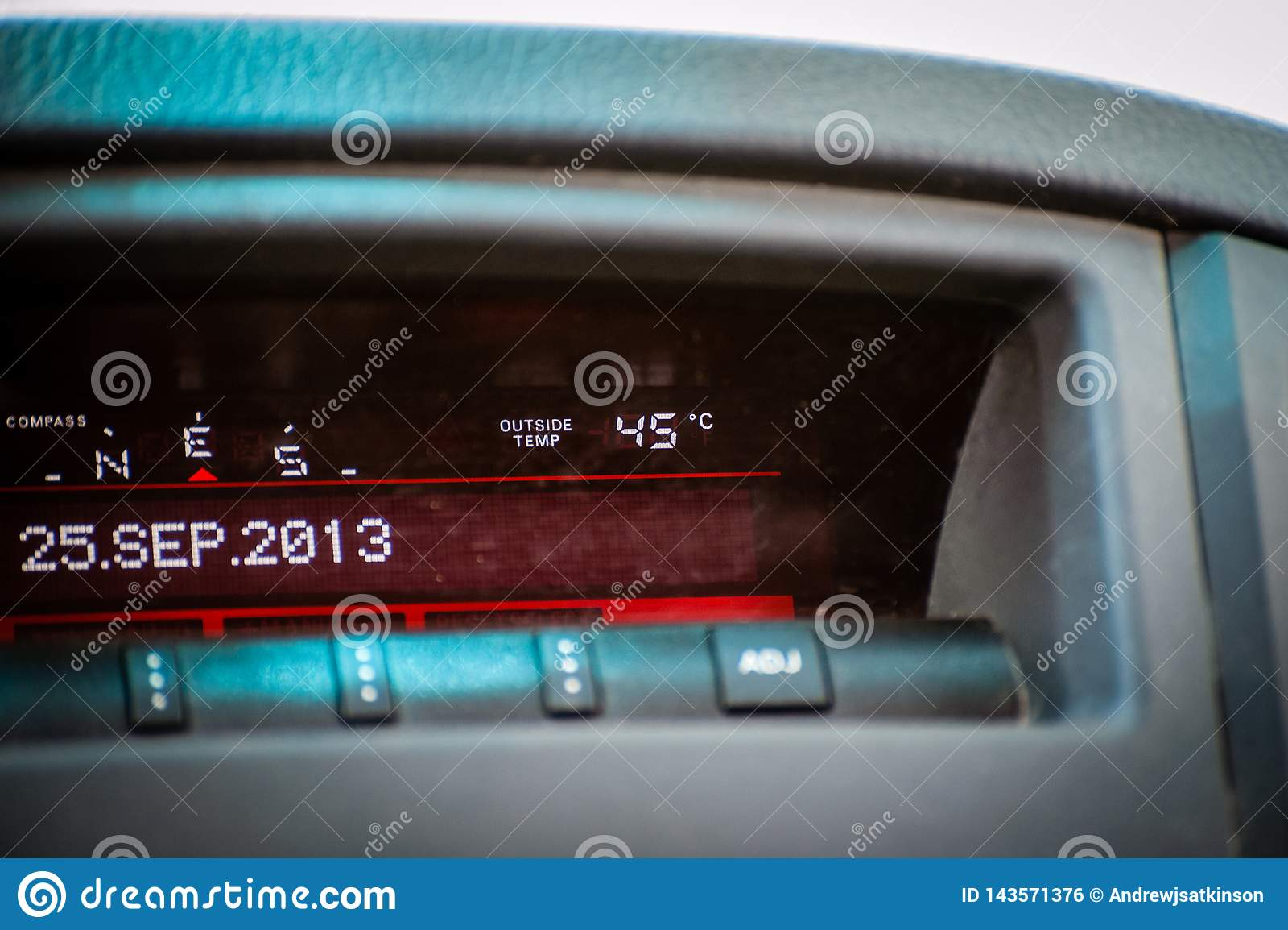 Датчик температуры на автомобиле читая горячие 45 градусов Градус цельсия