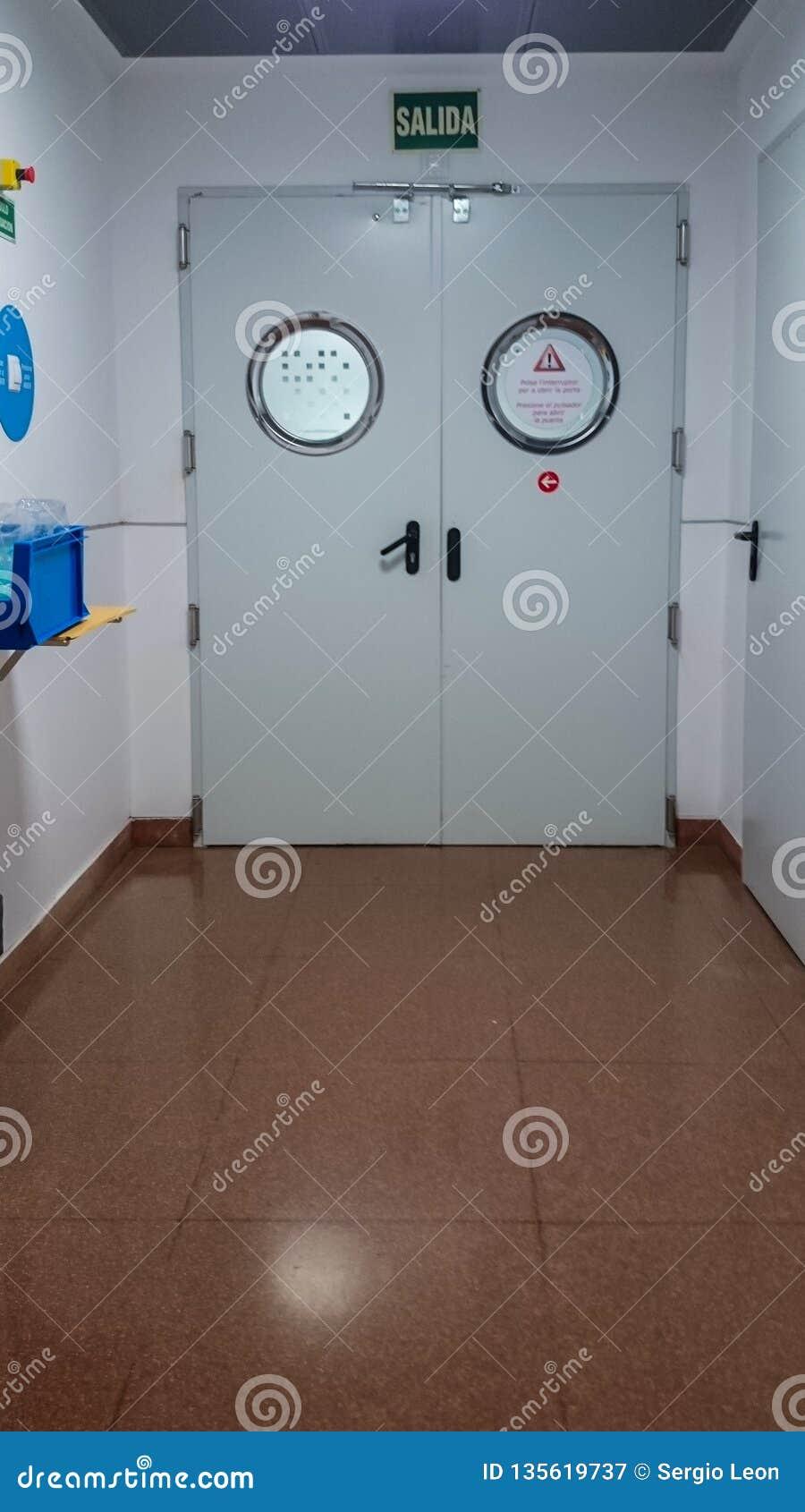Дверь больницы в коридоре