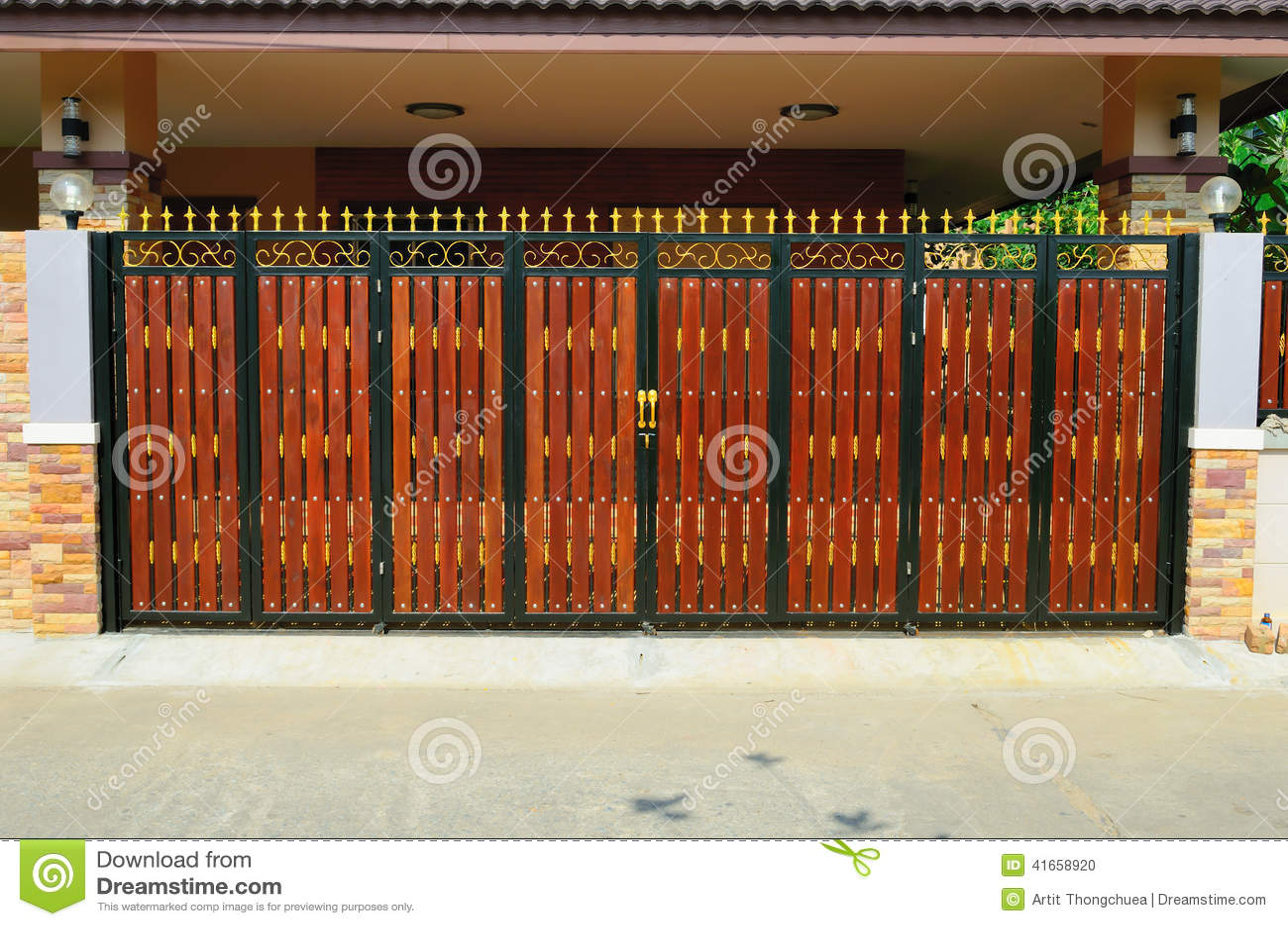 Дверь древесины коричневого цвета дома