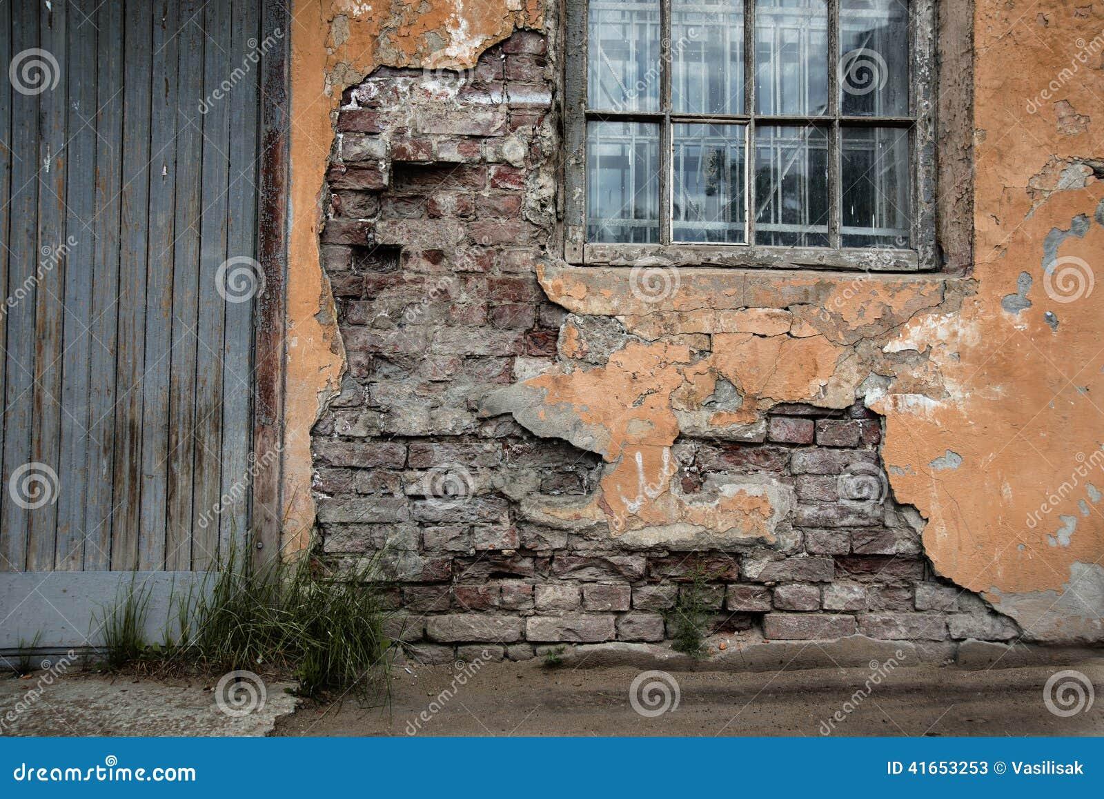 Дверь старого покинутого здания