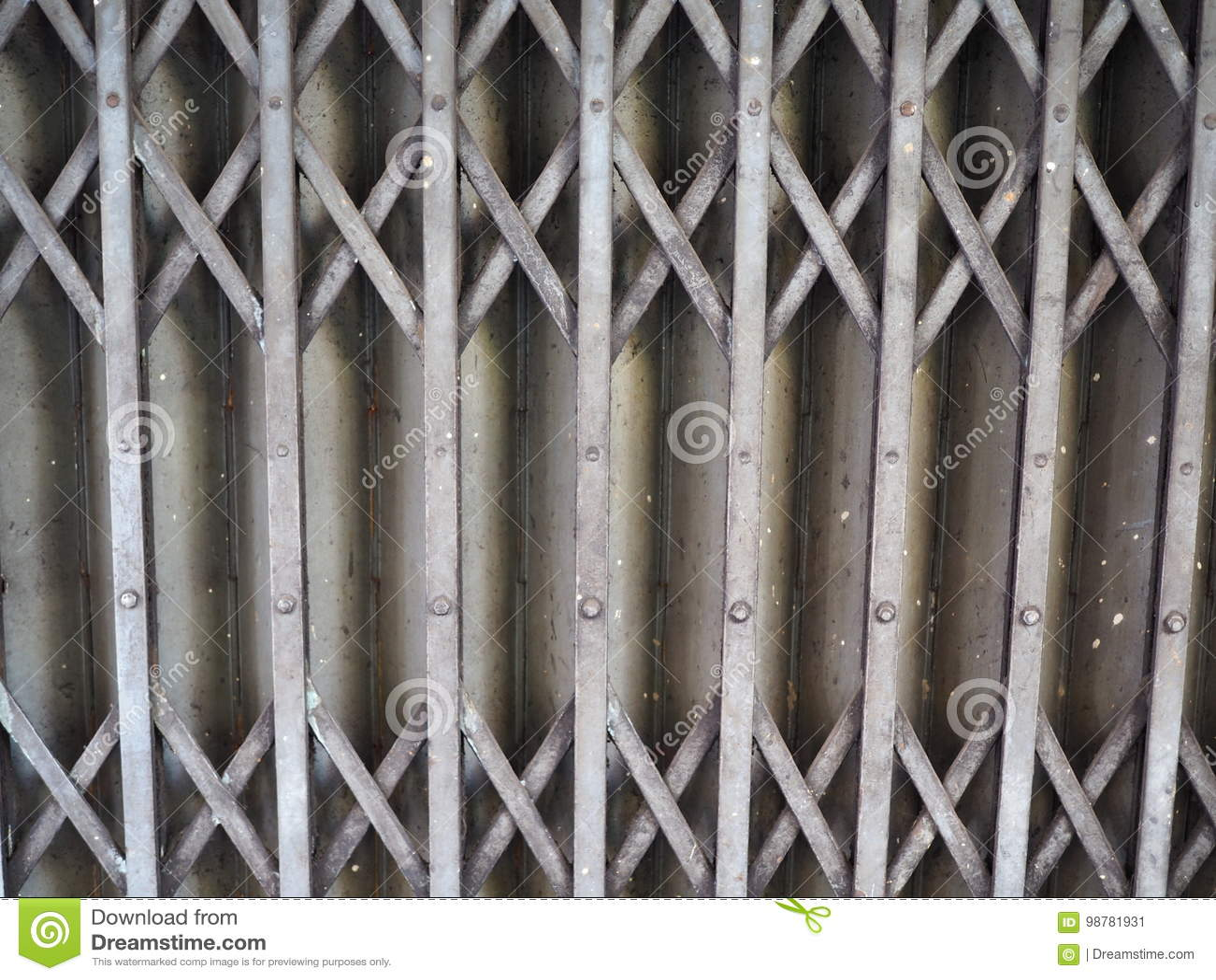 дверь штарки скольжения старого стиля ржавая железная