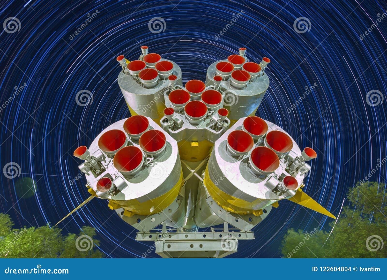 Двигатели ракеты первых и вторых шагов Soyuz выпускают ракету Предпосылка Startrails