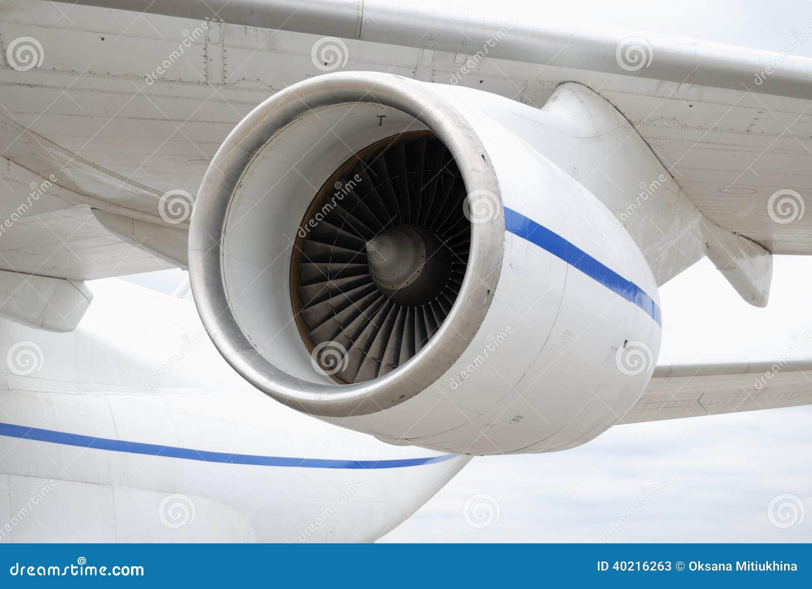 Двигатель турбореактивности под крылом самолета