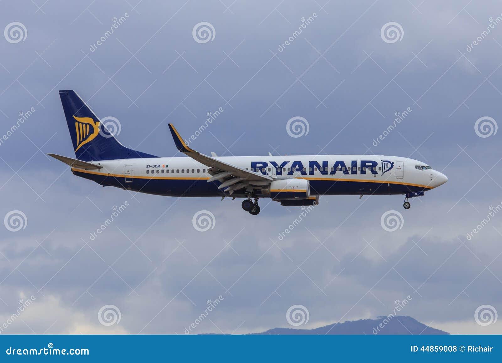 Двигатель Ryanair причаливая для того чтобы приземлиться