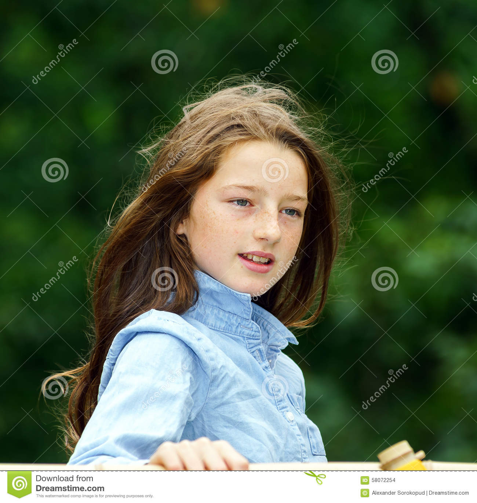 Двигать в зрелость портрет девушки напольный подростковый
