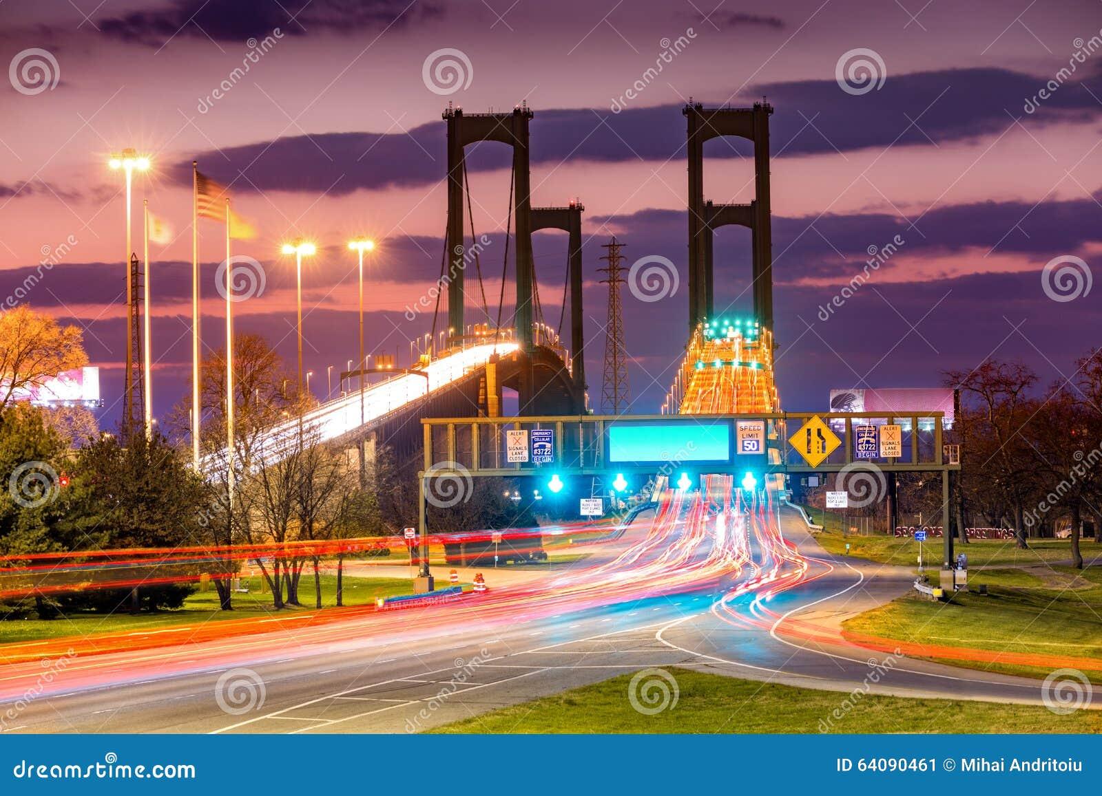 Движение отстает на мосте мемориала Делавера на сумраке