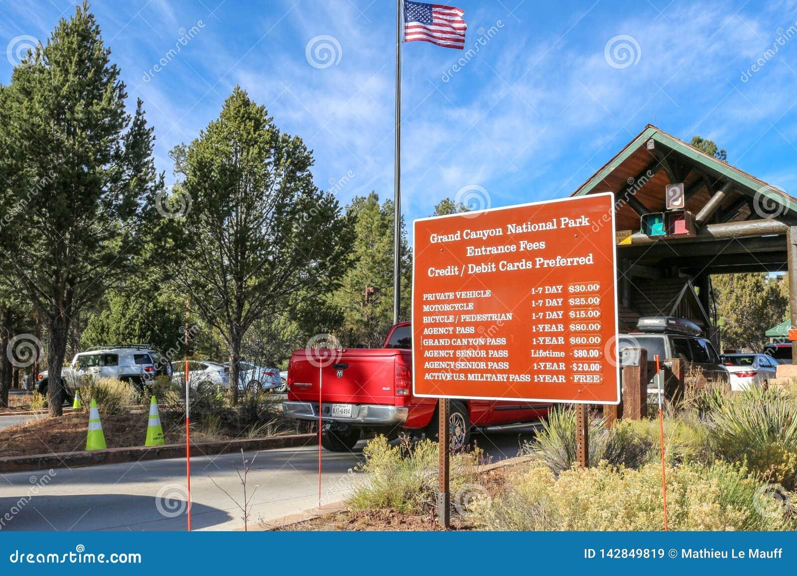 Движение приезжая на будки для сбора пошлины оправы национального парка гранд-каньона южные и вступительные взносы подписывают