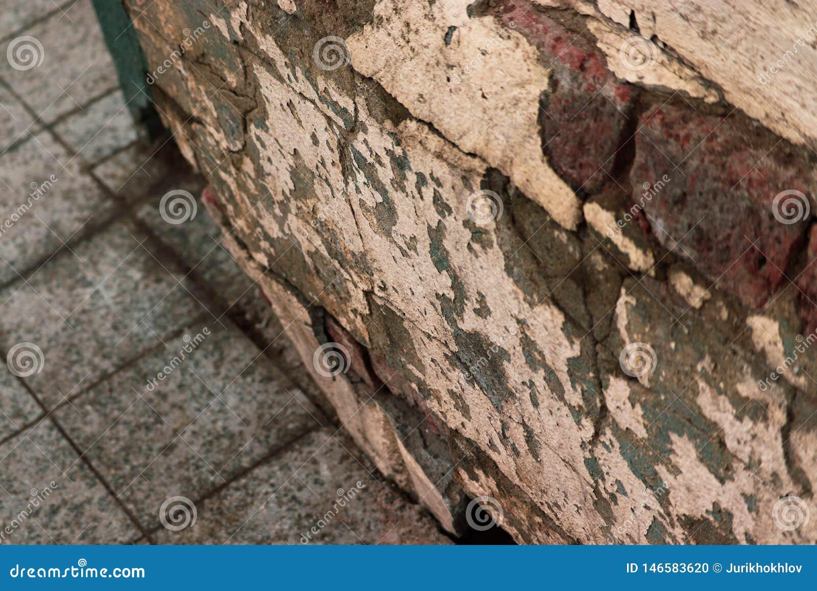 Двинутый под углом старый треснутый взгляд стены