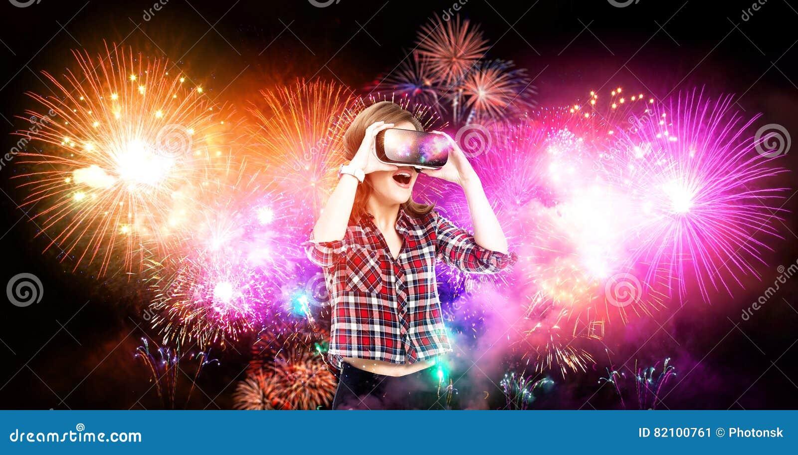 Двойная экспозиция, девушка получая опыт используя стекла VR, находящся в виртуальной реальности, наблюдая фейерверках
