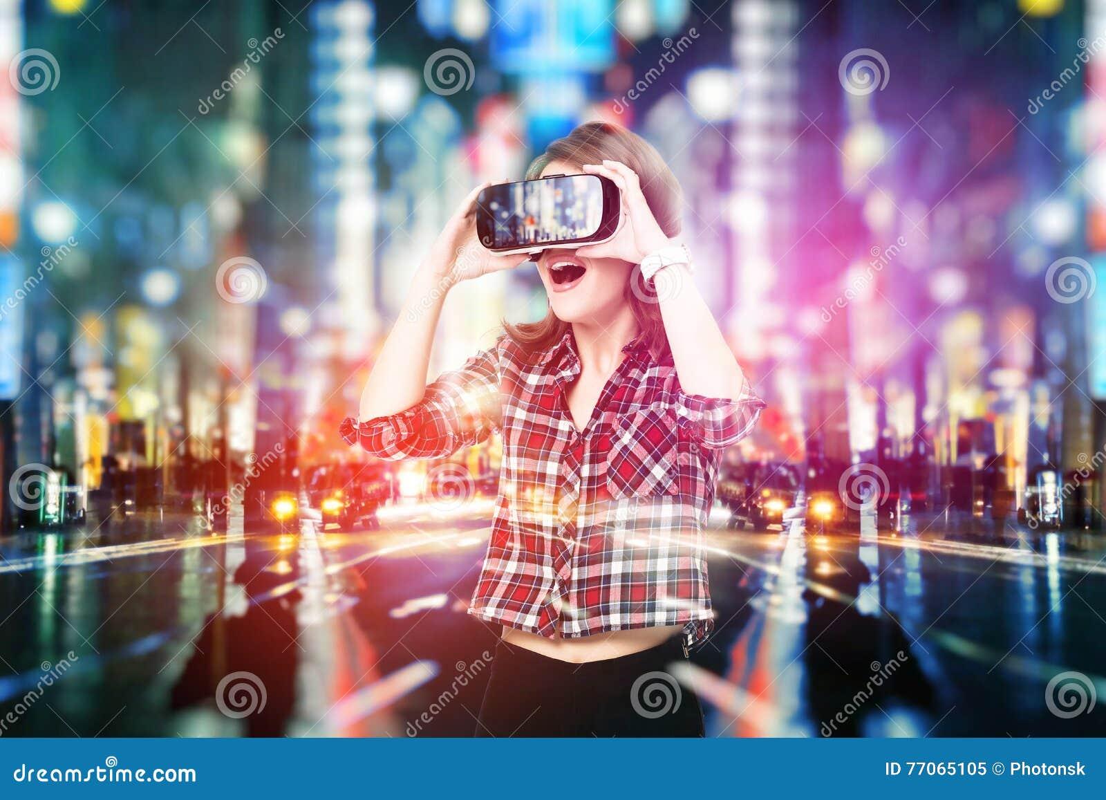 Двойная экспозиция, маленькая девочка получая шлемофон опыта VR, использует увеличенные стекла реальности, был в виртуальном