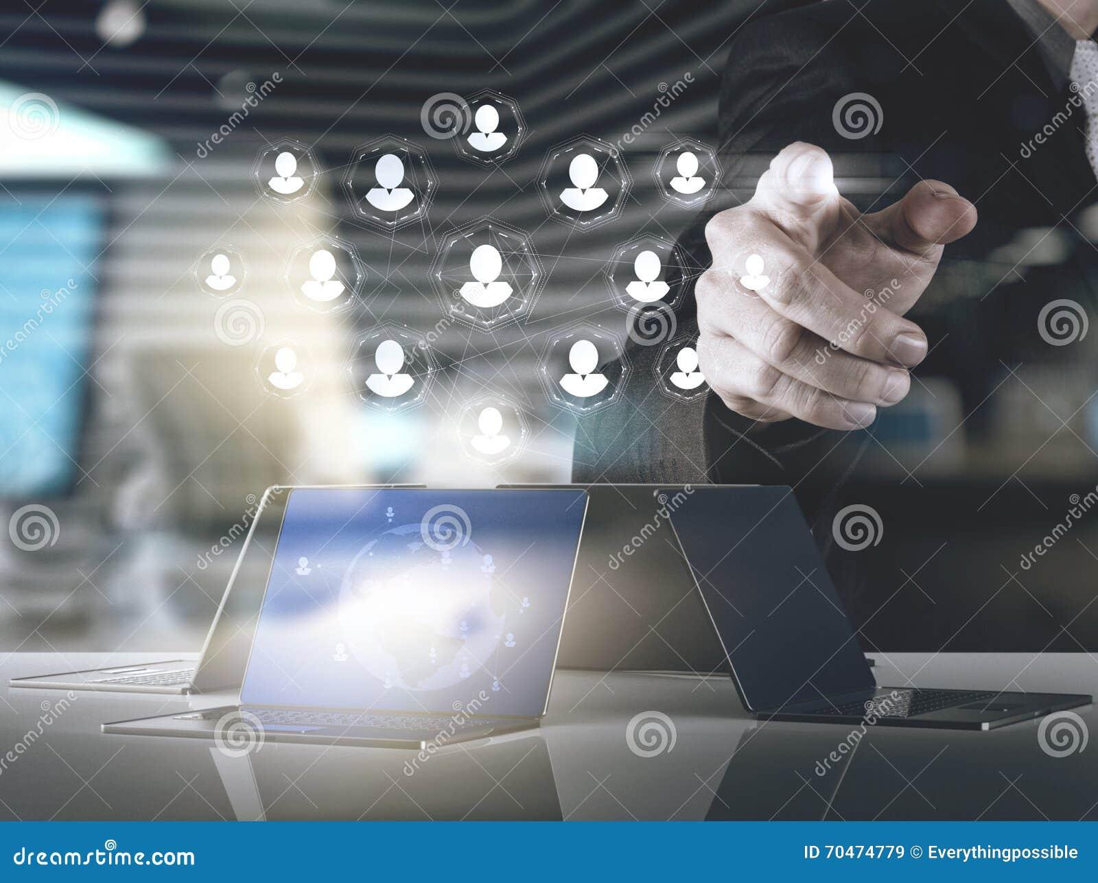 Двойная экспозиция руки бизнесмена указывает человеческие ресурсы, CRM