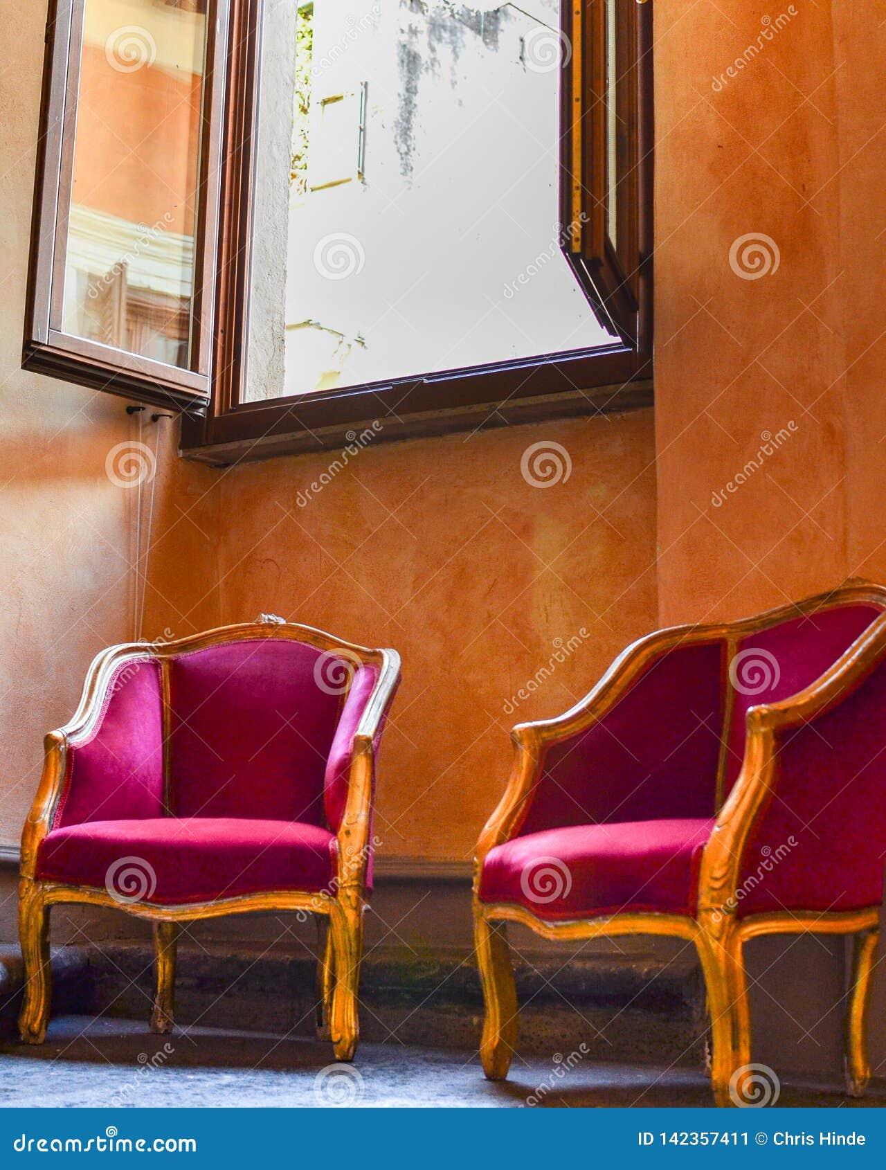 Двойные красные стулья
