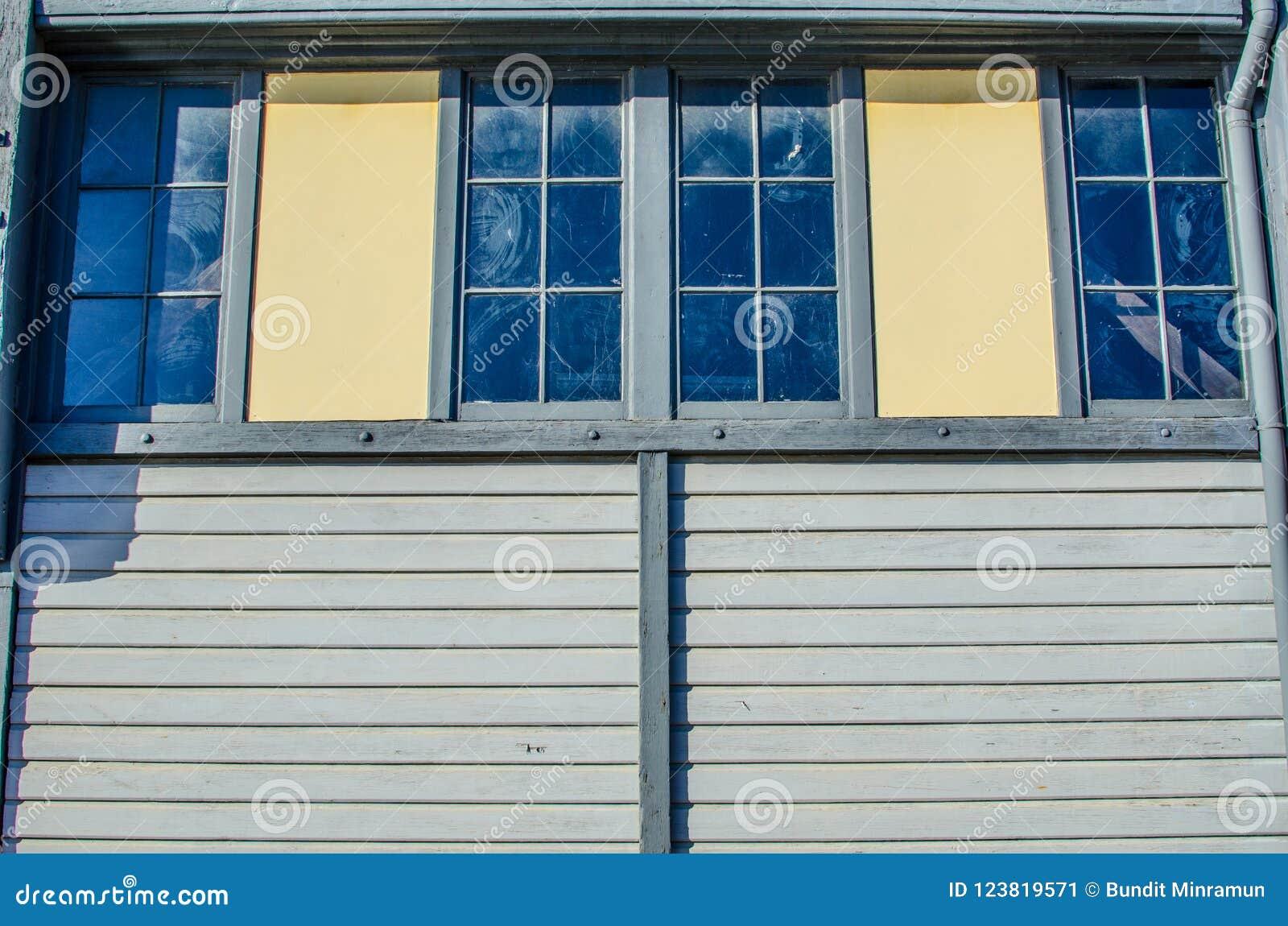 Двойные окна на старом доме тимберса