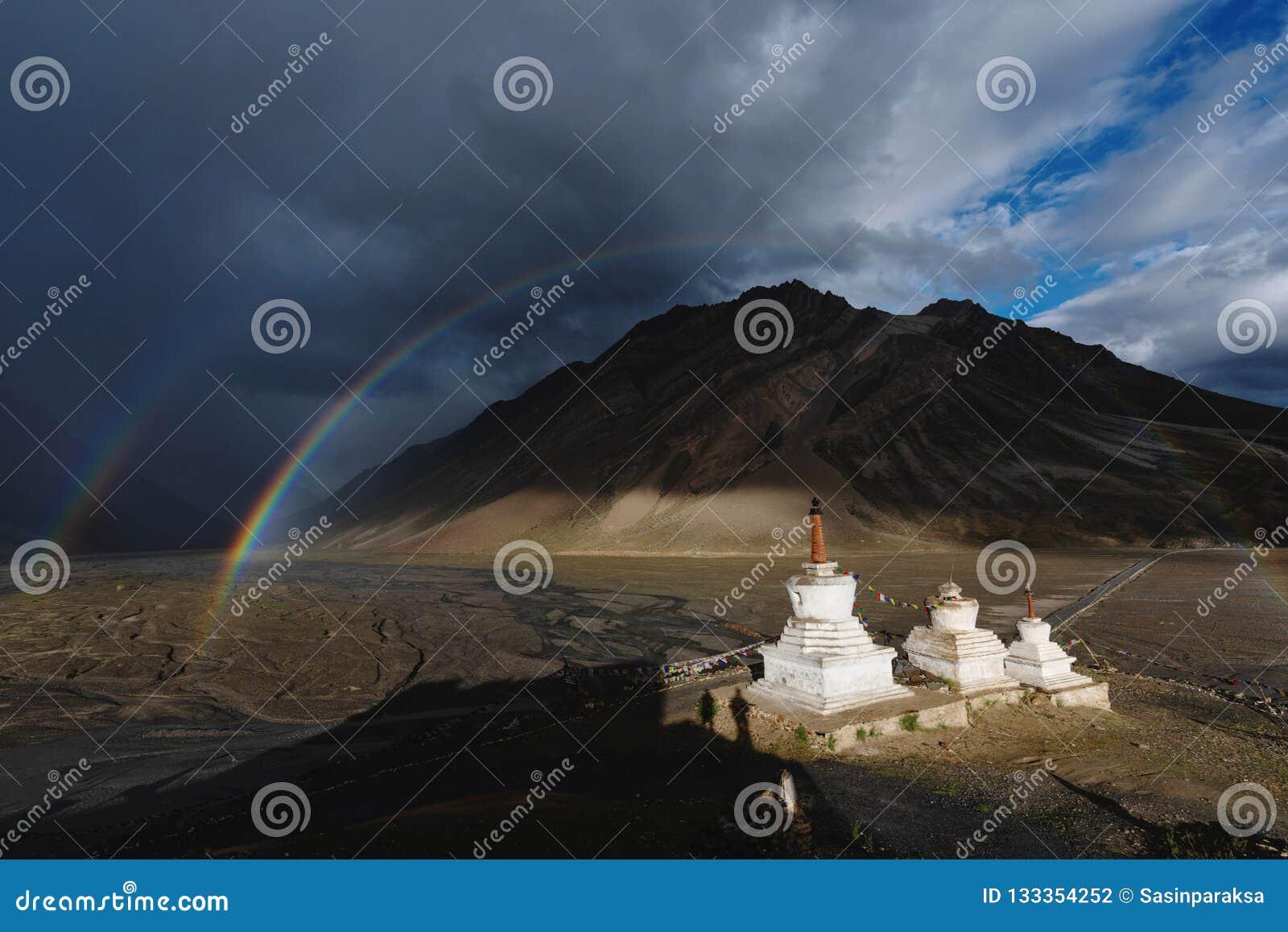 Двойные радуги и небо и пагоды overcast дождливые в долине Zanskar, Индии