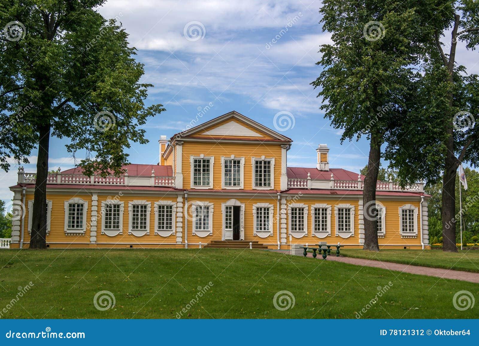 Дворец перемещения императора Питера большой в Strelna, StPetersburg, России
