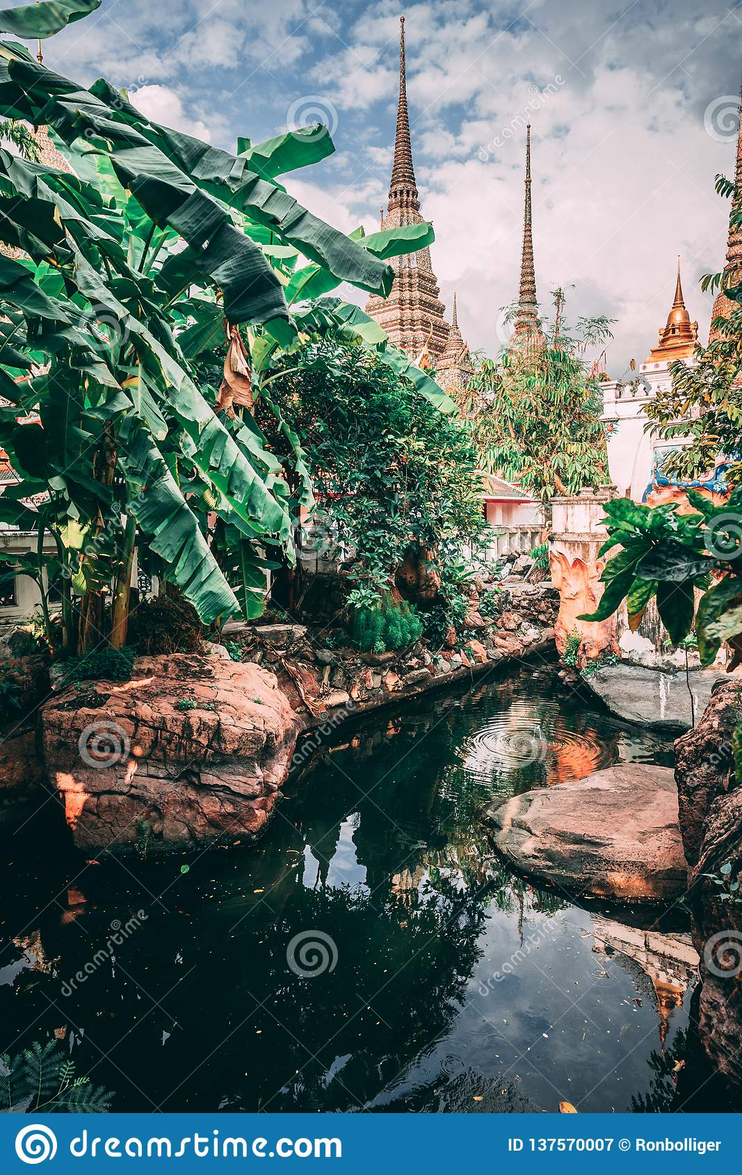 дворец bangkok грандиозный Башни большой достигаемости дворца в небо Немногое озеро внутри виска