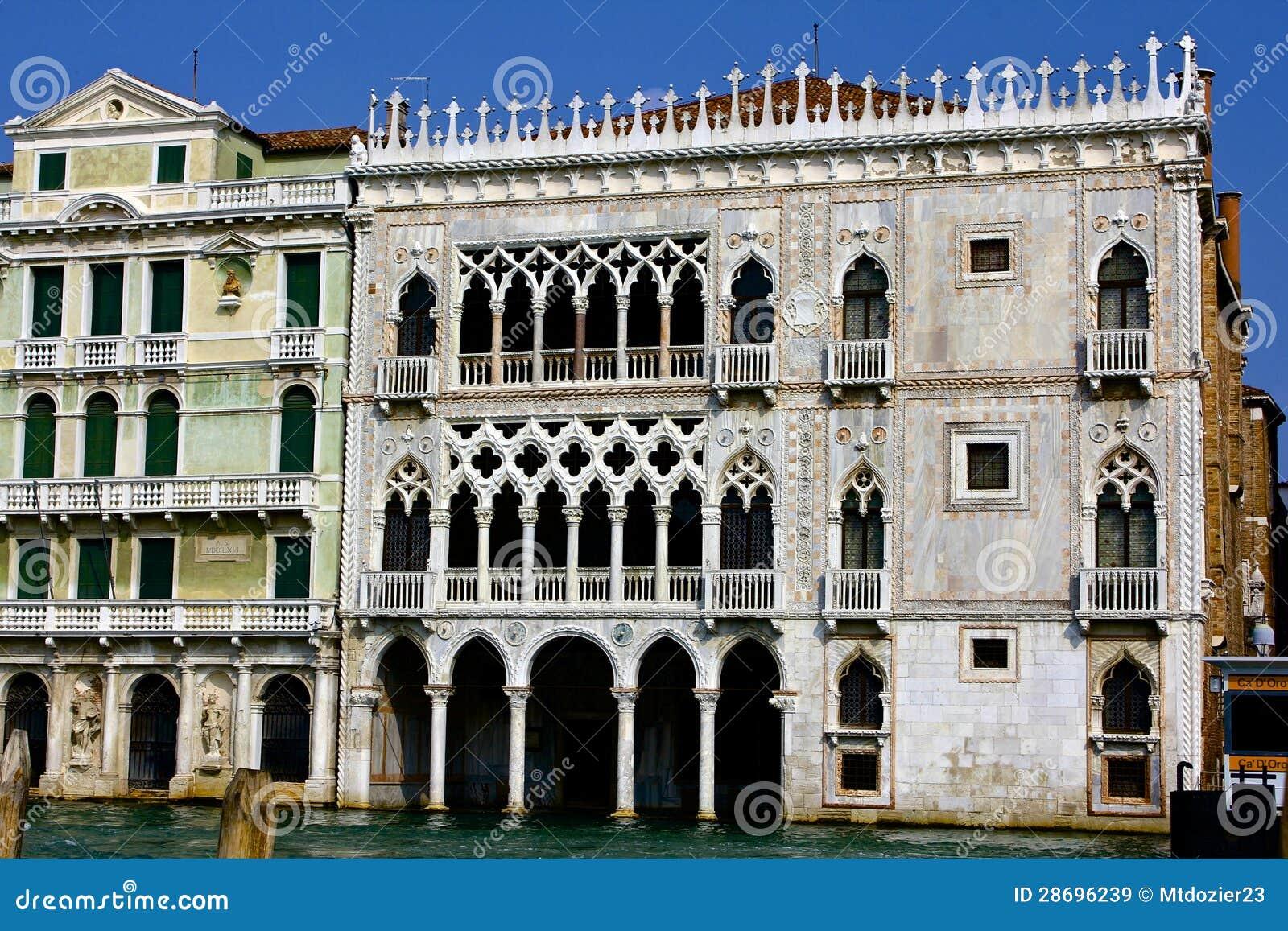 Дворец d Oro Ca вдоль канала Венеции грандиозного