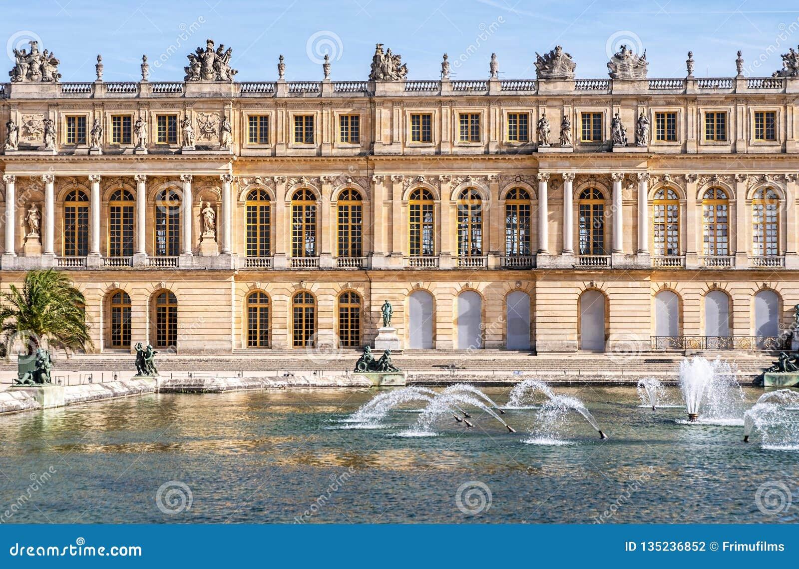 Дворец de Версаль в средней осени
