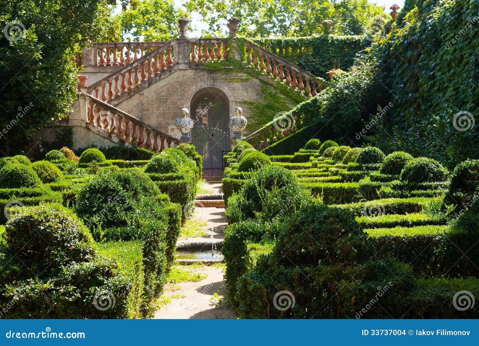 Дворец Desvalls на парке лабиринта Horta