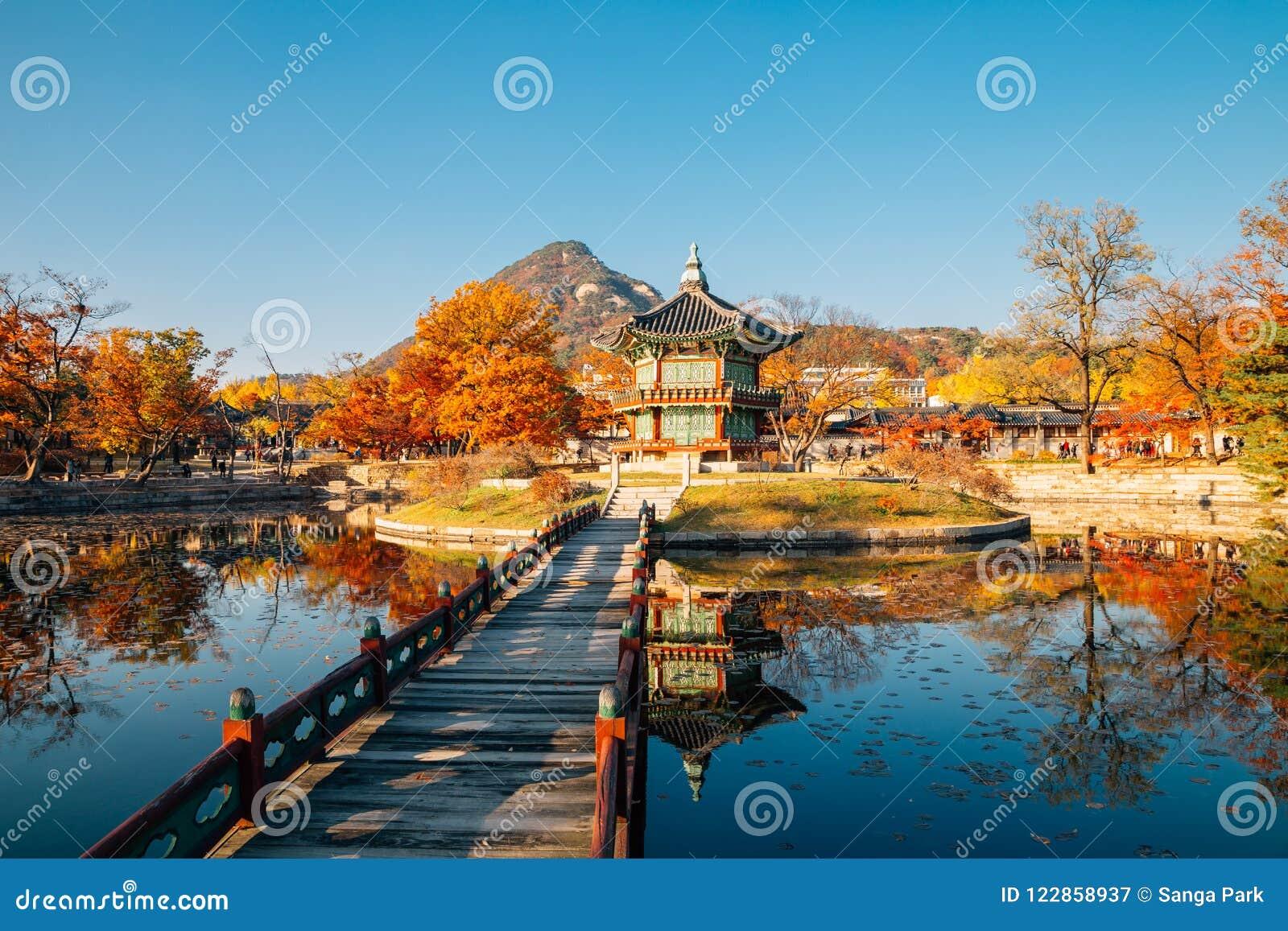 Дворец Hyangwonjeong Gyeongbokgung с кленом осени в Сеуле, Корее