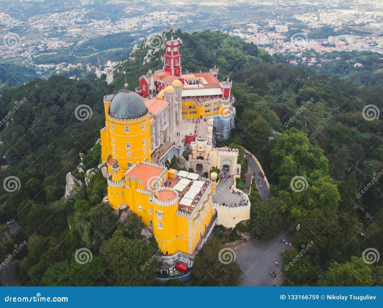 Дворец Pena, замок Romanticist в муниципалитете Sintra, района Португалии, Лиссабона, большого Лиссабона, вида с воздуха, съемки