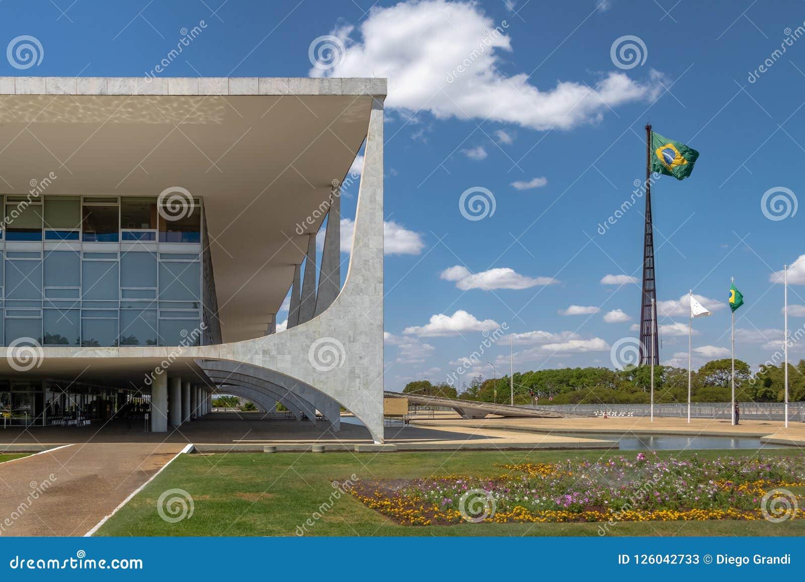 Дворец Planalto и бразильский флаг - Brasilia, Distrito федеральное, Бразилия