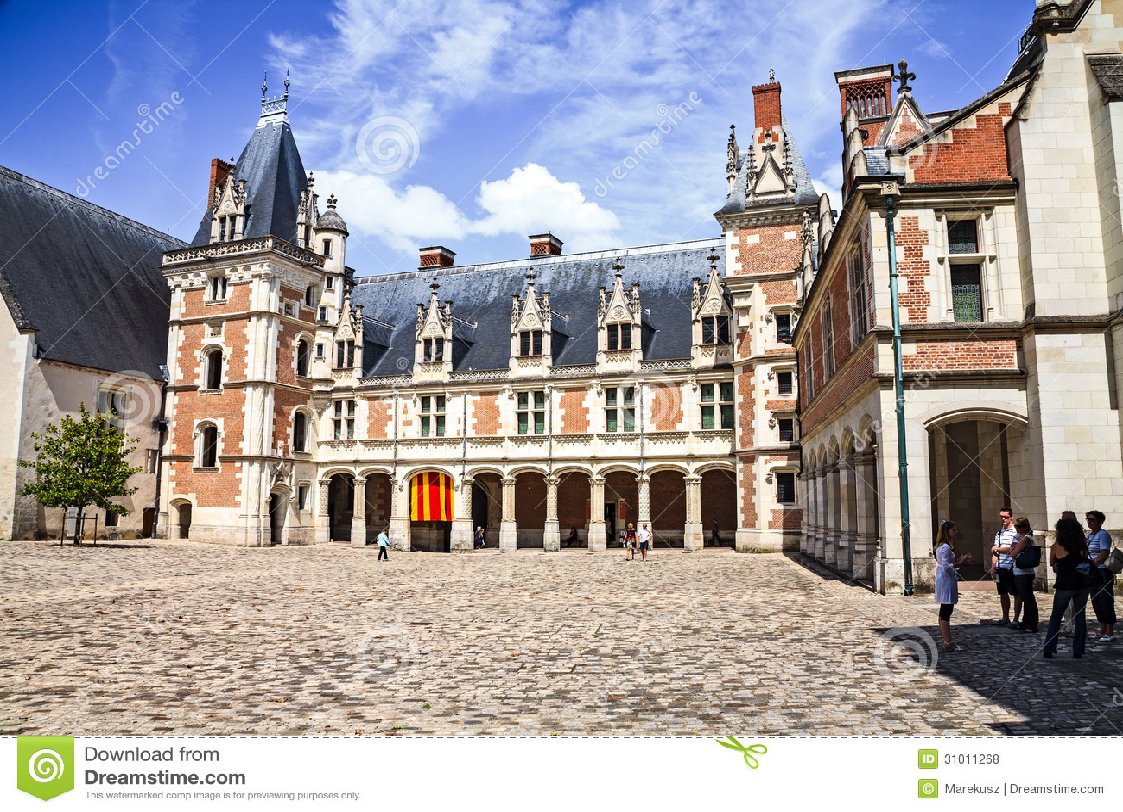 Двор замка Blois