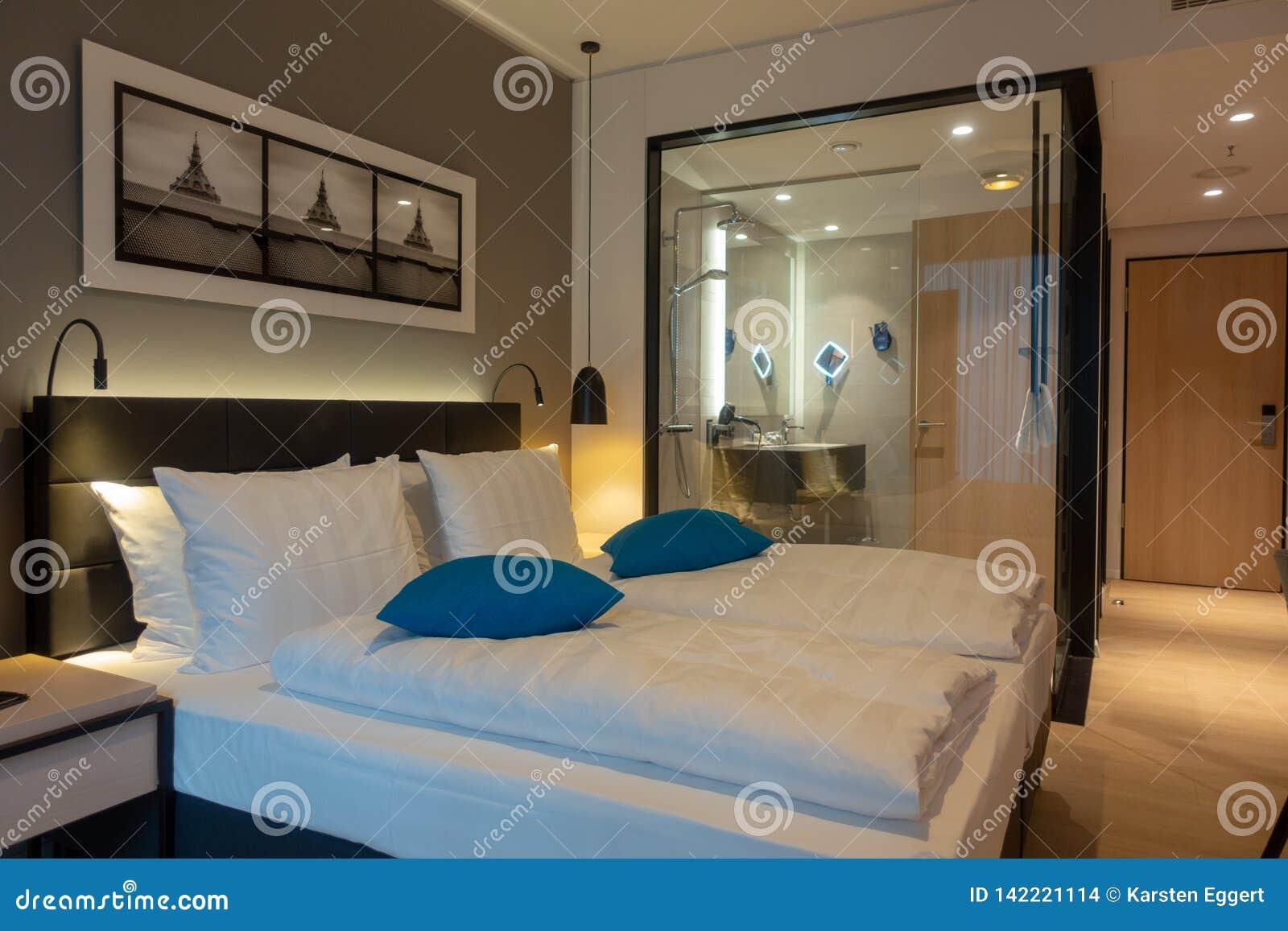 Двуспальная кровать в роскошном гостиничном номере