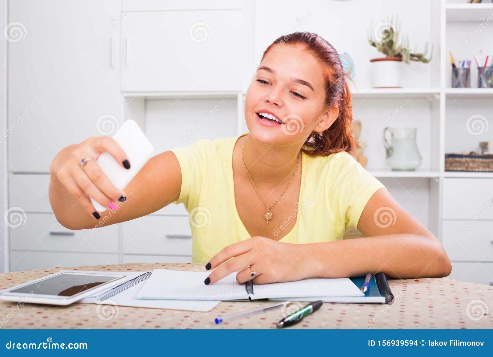Девушка на работе за столом селфи работа девушке моделью холмск
