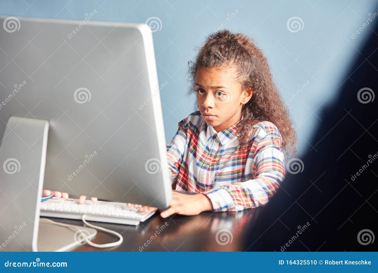 девушка модель работы компьютера информатика