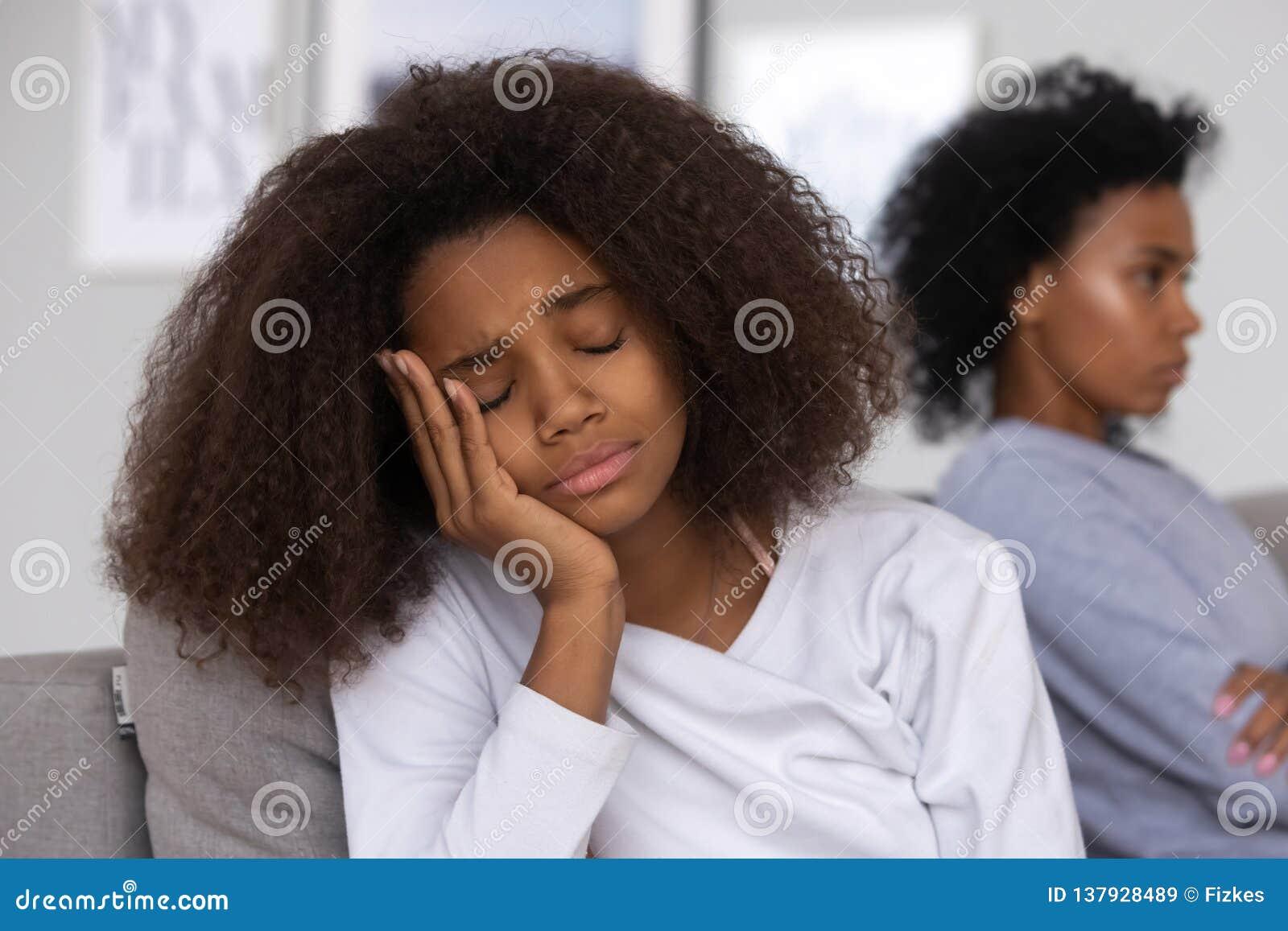 Девочка-подросток осадки грустный после боя с мамой